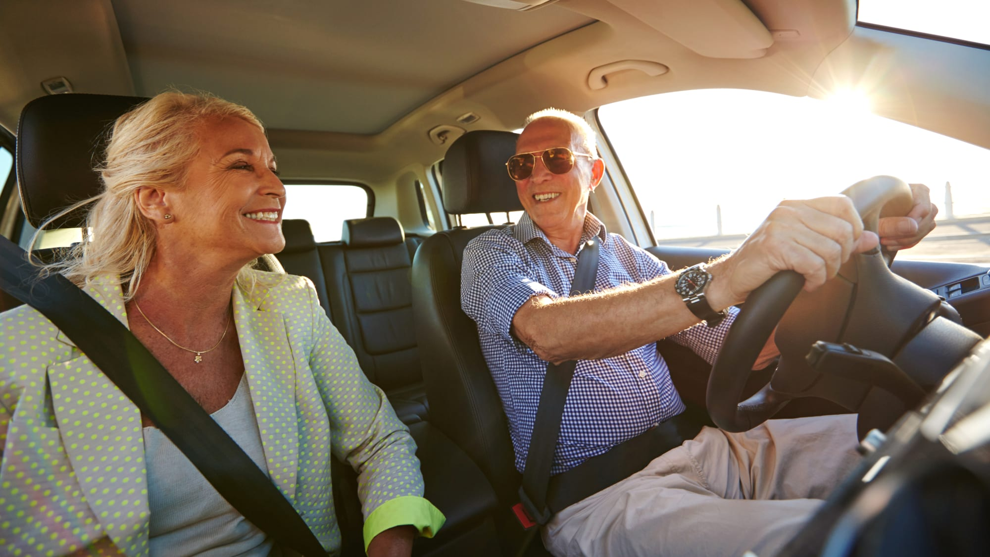 Älteres Ehepaar fährt Auto
