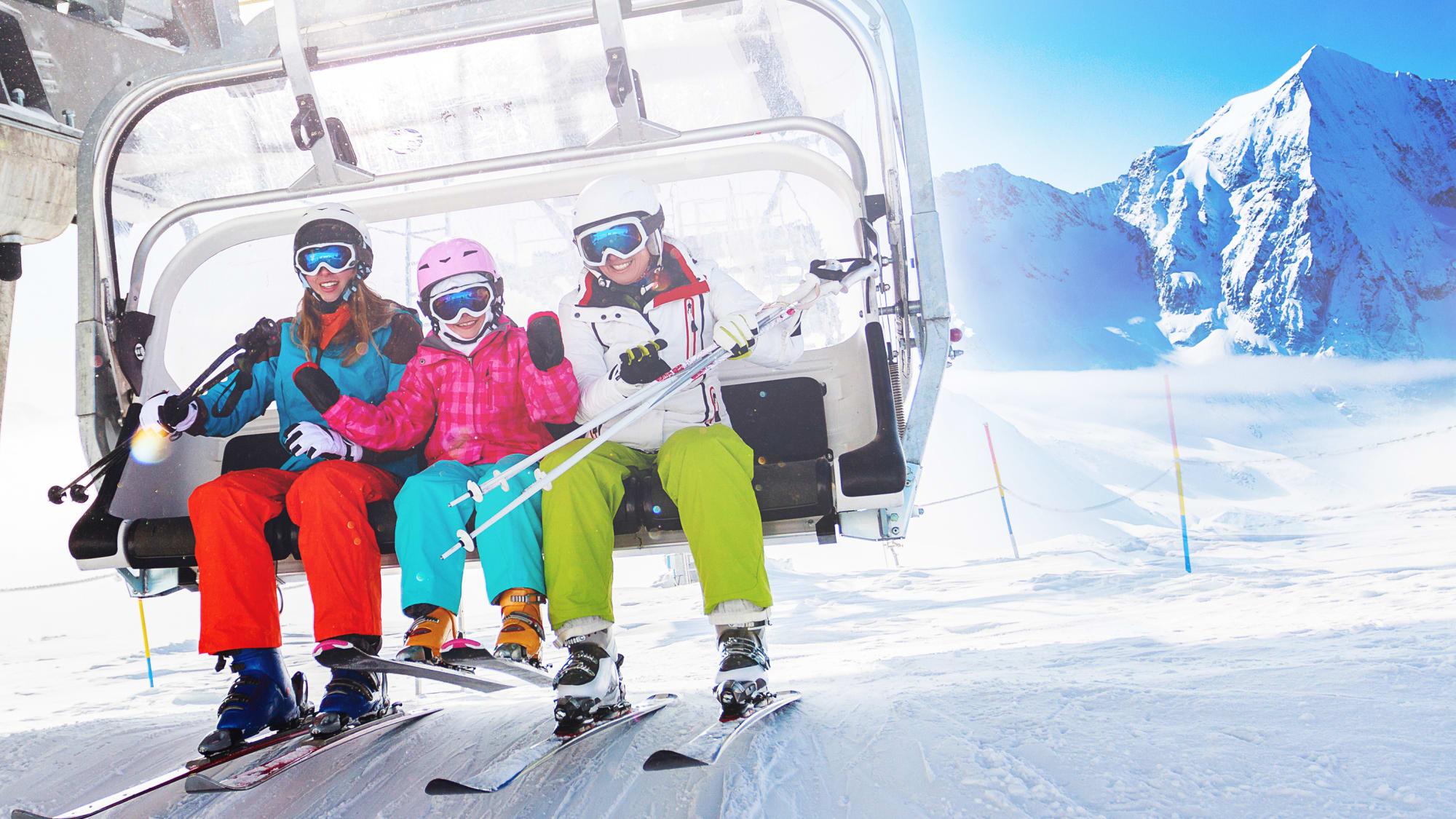 Leerer Sessellift fährt durch verschneite Winterlandschaft