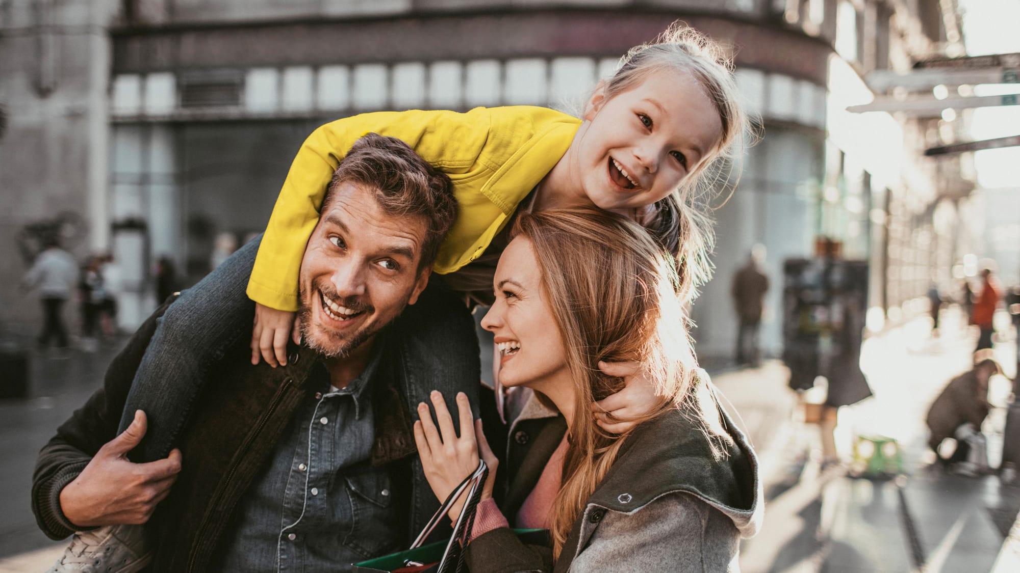 Familie beim Shoppen in der Innenstadt