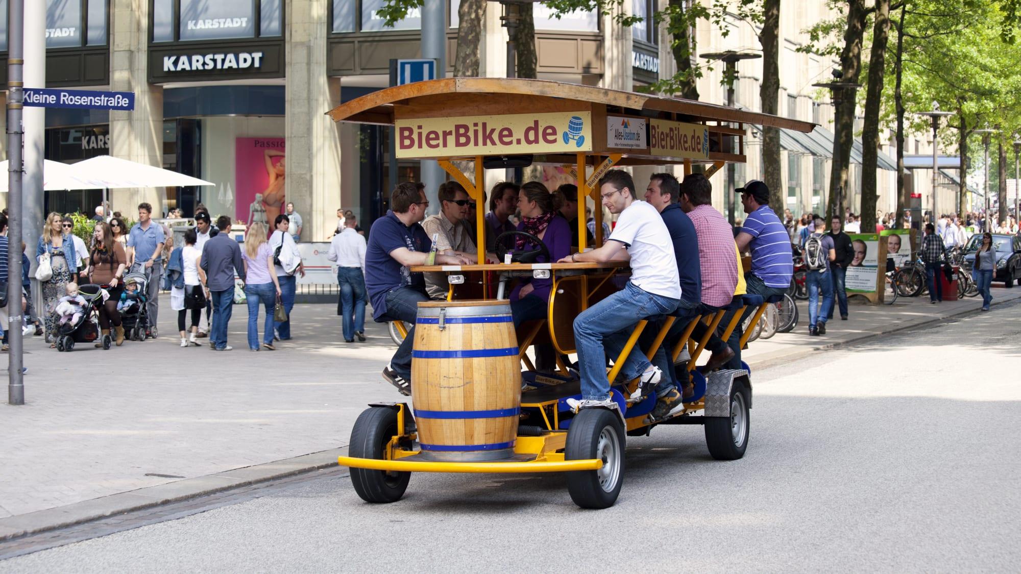 Menschen fahren auf Bierbike