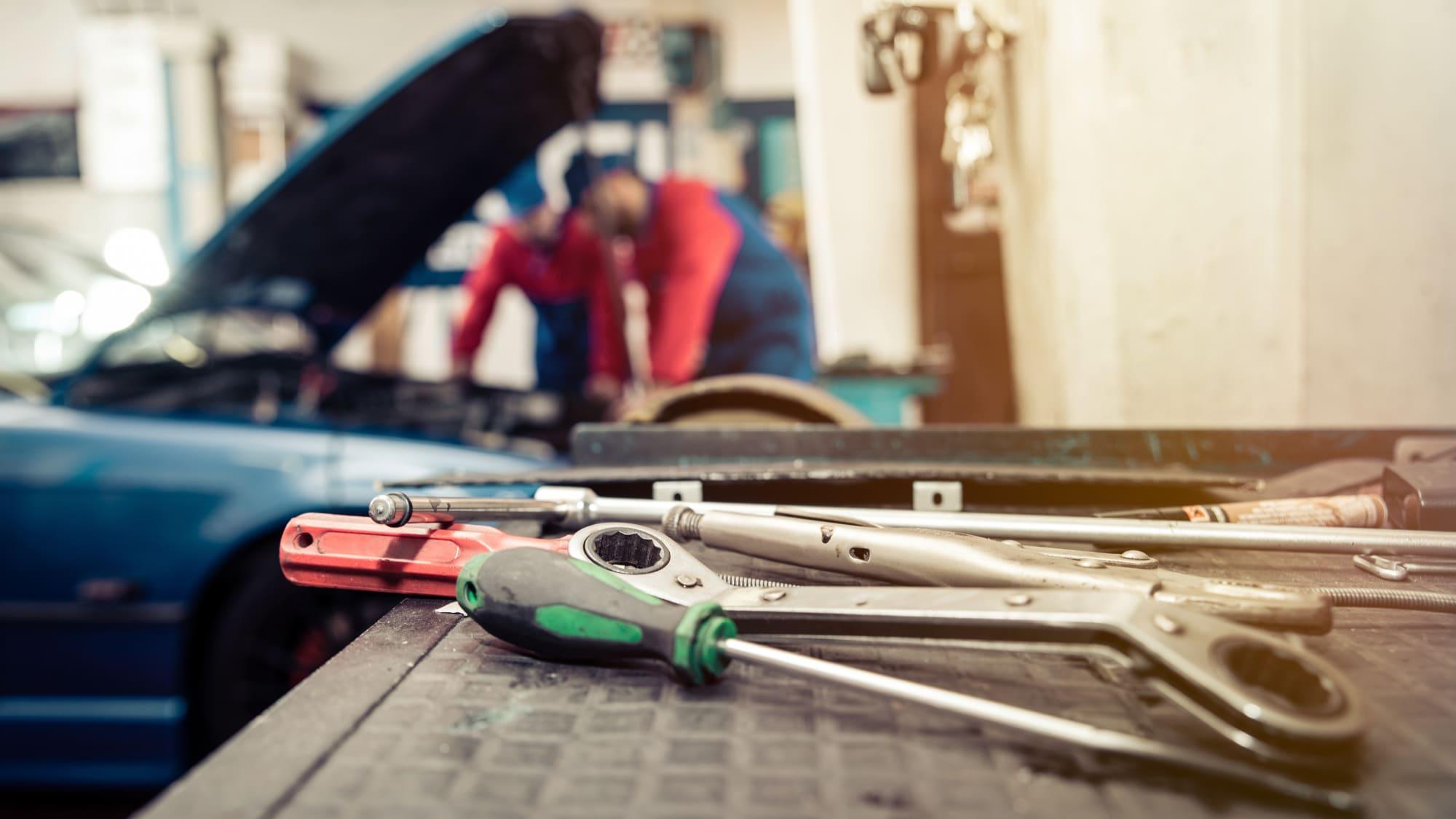 Mechaniker arbeiten in einer KFZ-Werkstatt