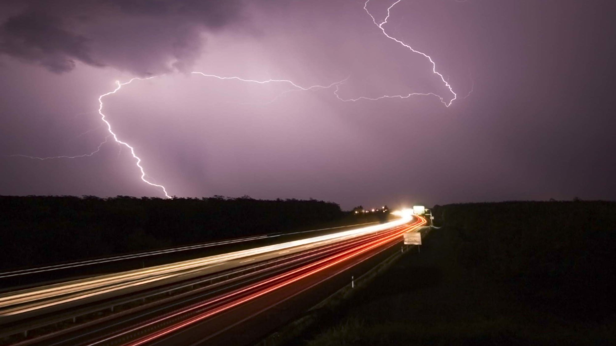 Gewitter Blitz und Donner über der Autobahn