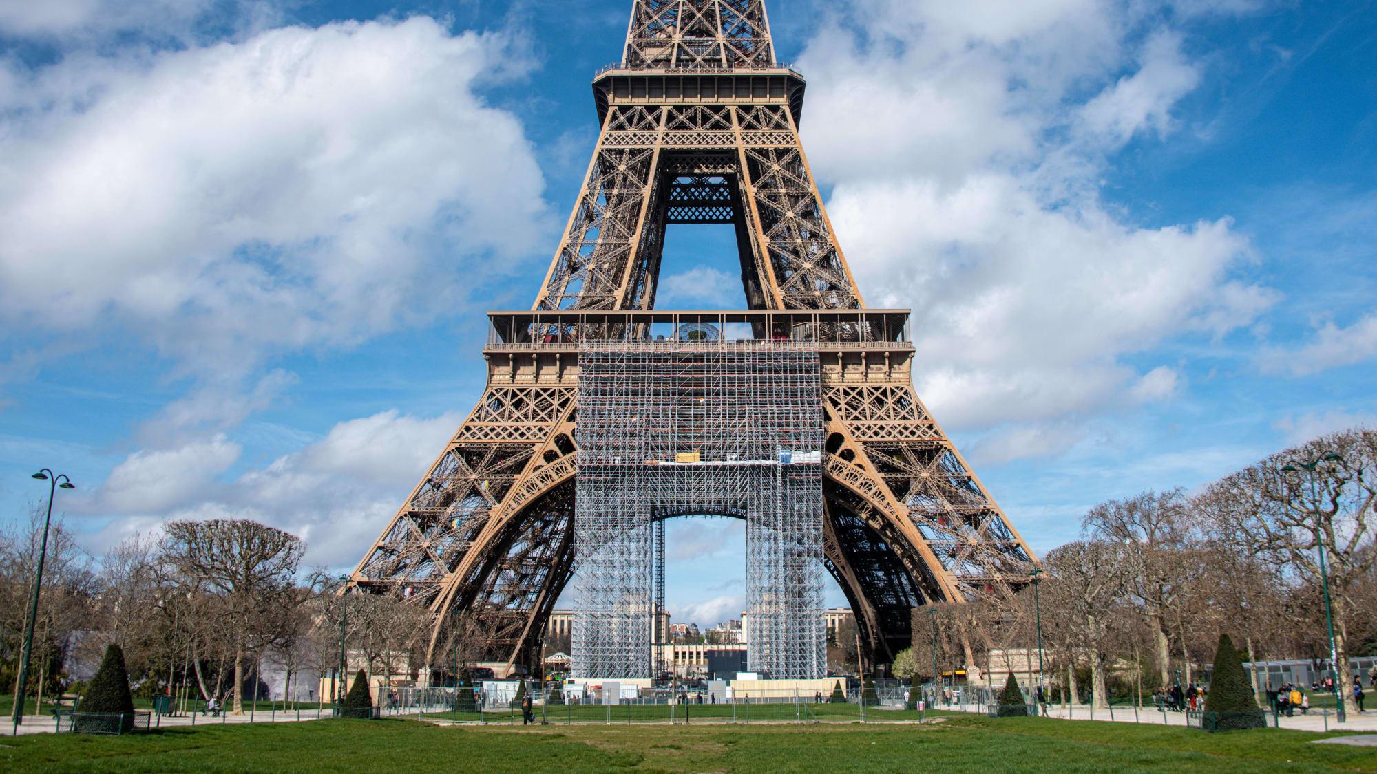 Ansicht vom Eiffelturm, alles ist leer, auf Grund der Pandemie.