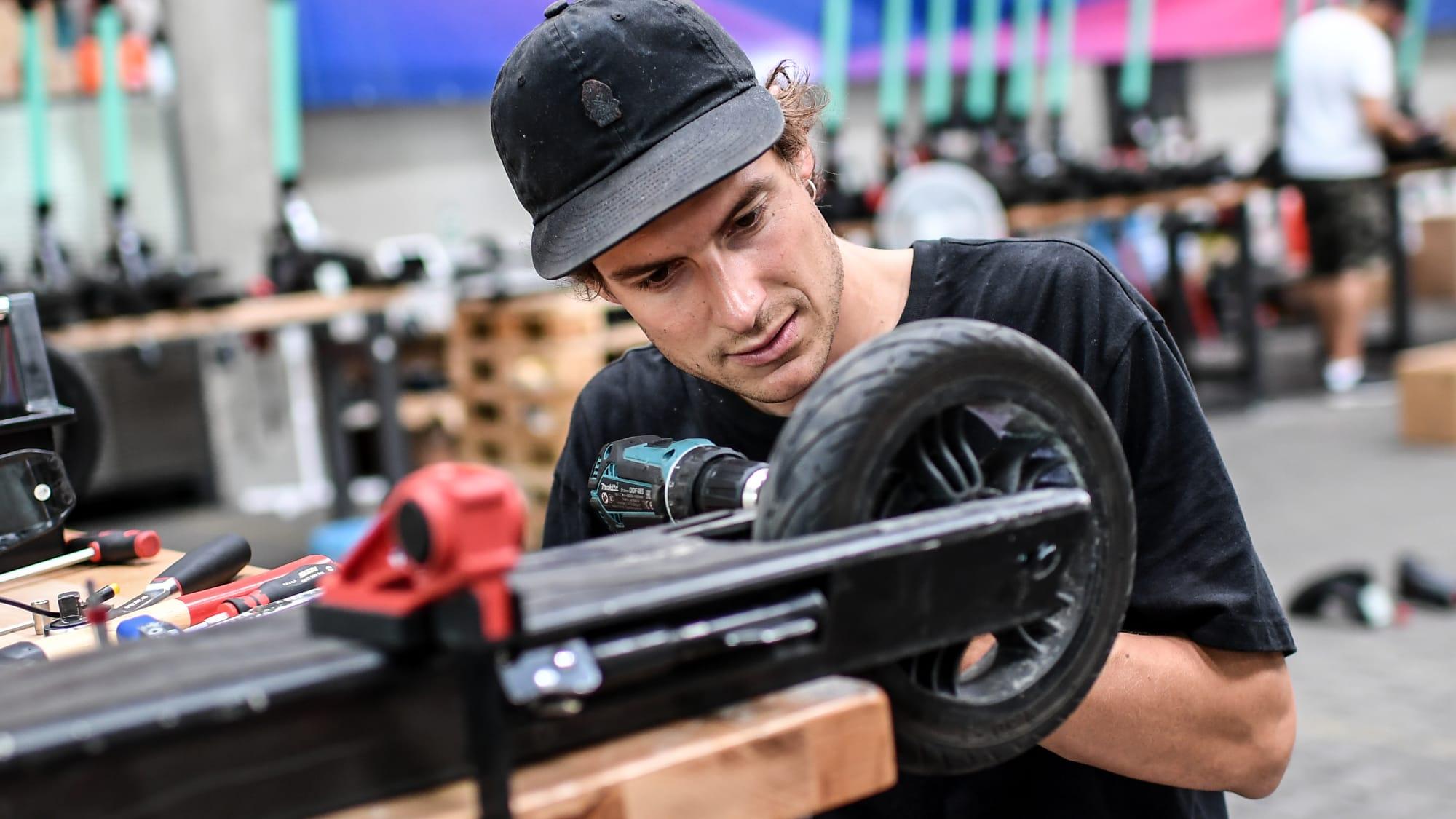Mechaniker repariert E-Scooter