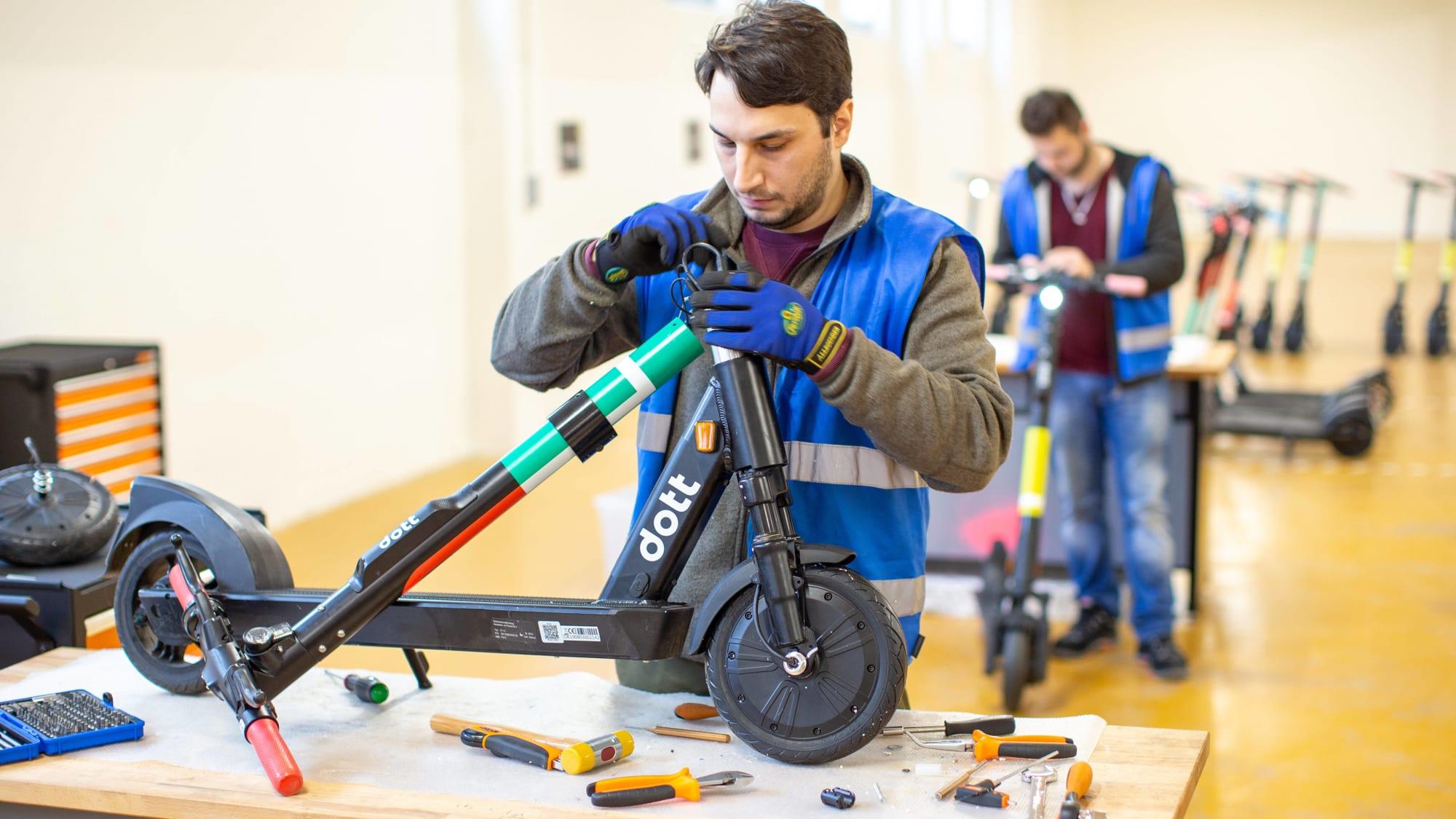 E-Scooter-Anbieter Dott gibt Einblicke in seine Reparatur-Werkstatt in Garching bei München