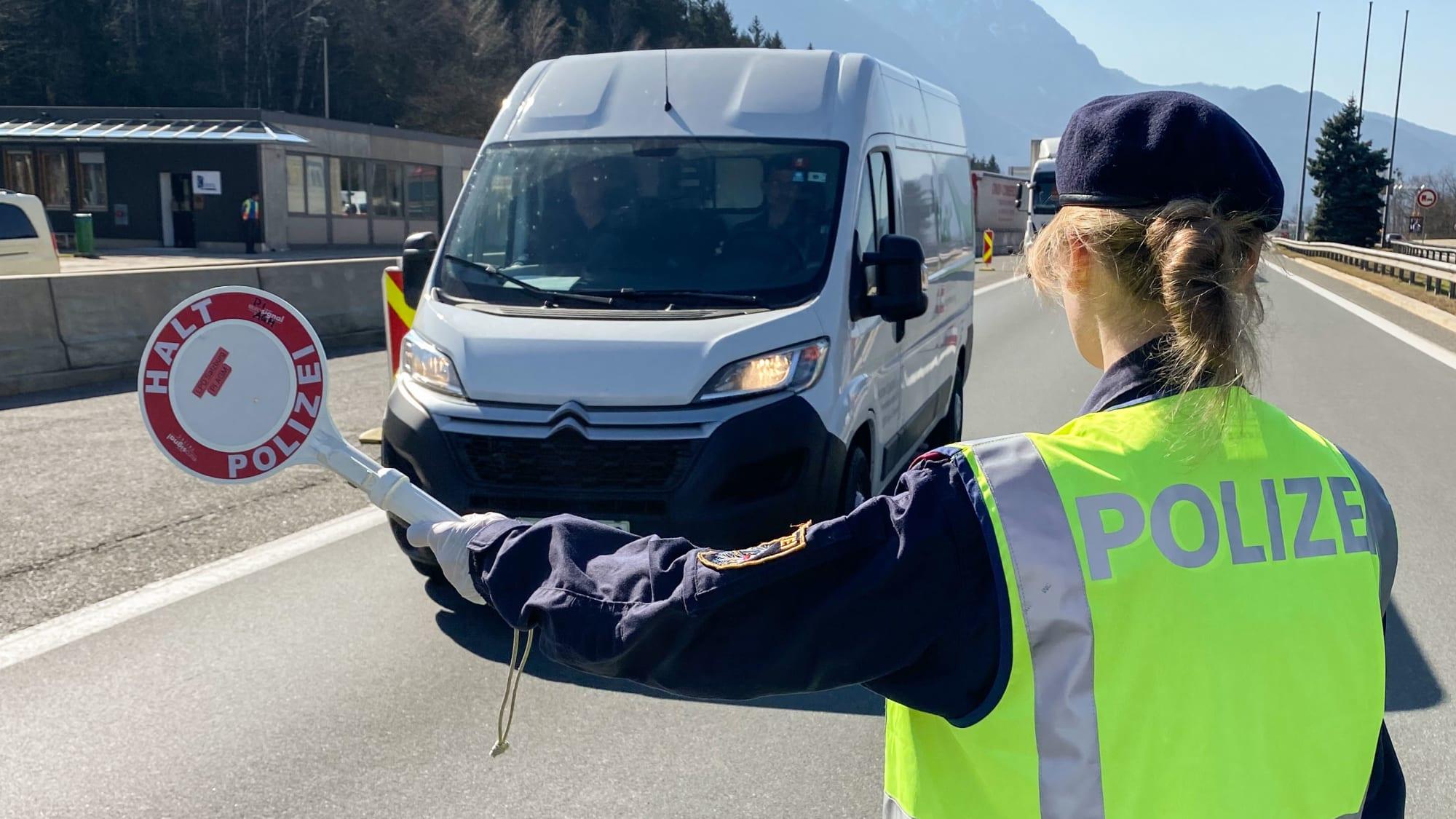 Grenzbeamtin bei der Kontrolle an der Grenze zwischen Österreich und Deutschland