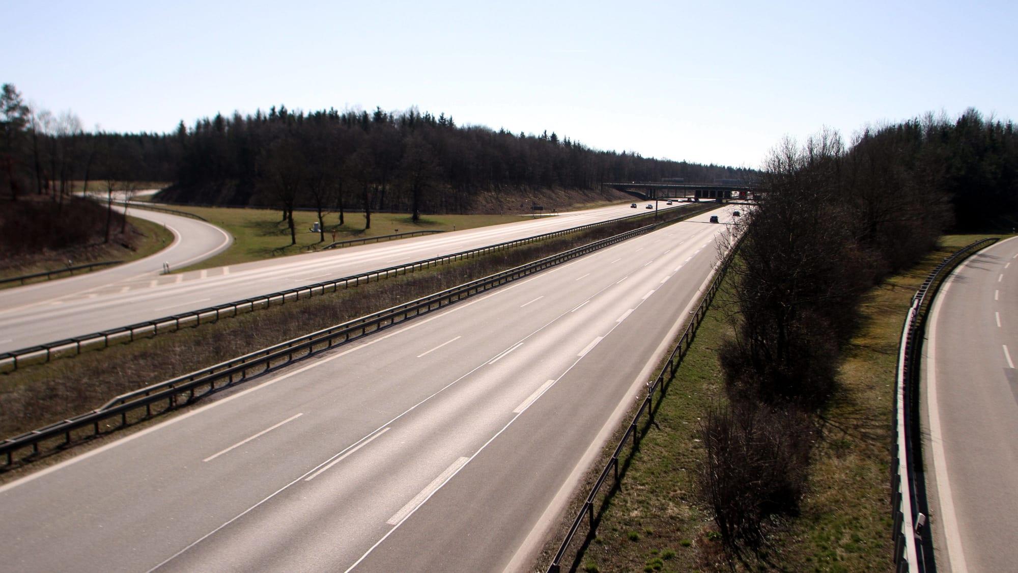 Die leere Autobahn A99 auf Höhe München-Haar.