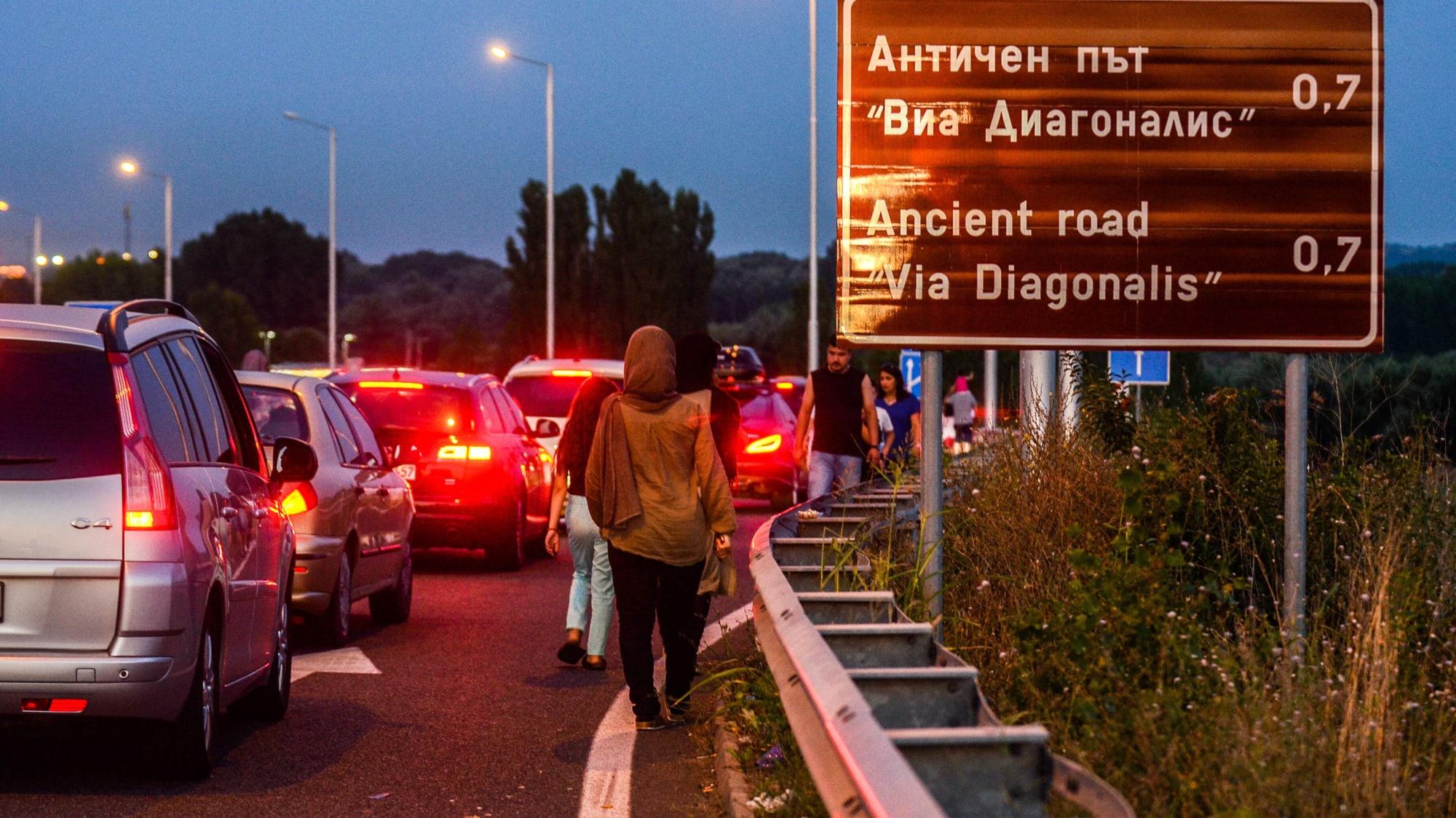 Türkische Gastarbeiter warten in den Sommerferien an der bulgarisch-türkischen Grenze