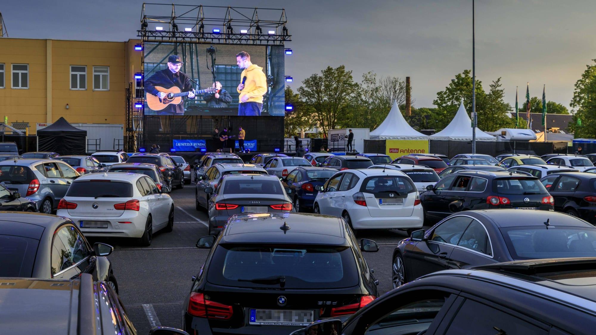 Beim Besuch im Autokino, wie hier in Cottbus, sollten Licht und Klimaanlage ausgeschaltet sein um die Batterie zu schonen