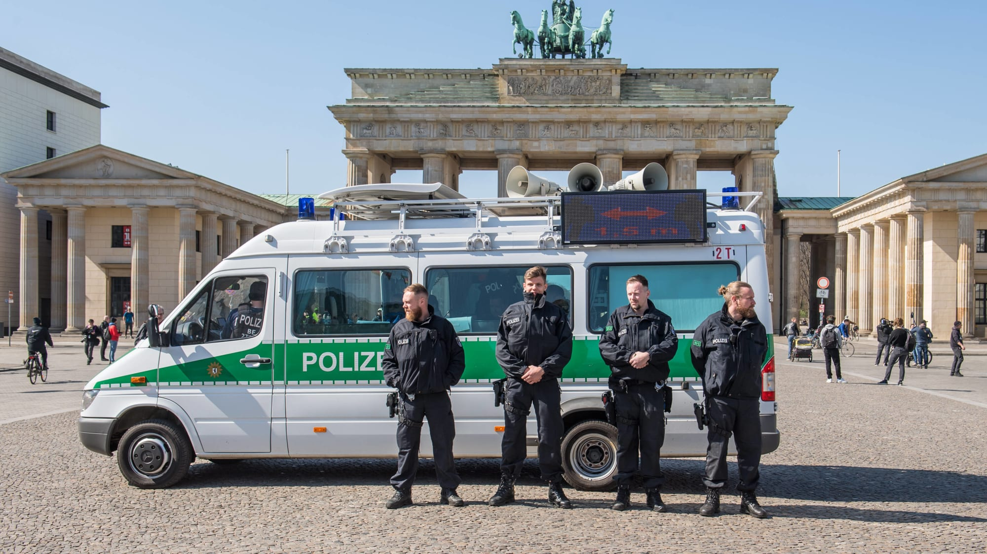 Polizisten vor dem Brandenburger Tor in Berlin