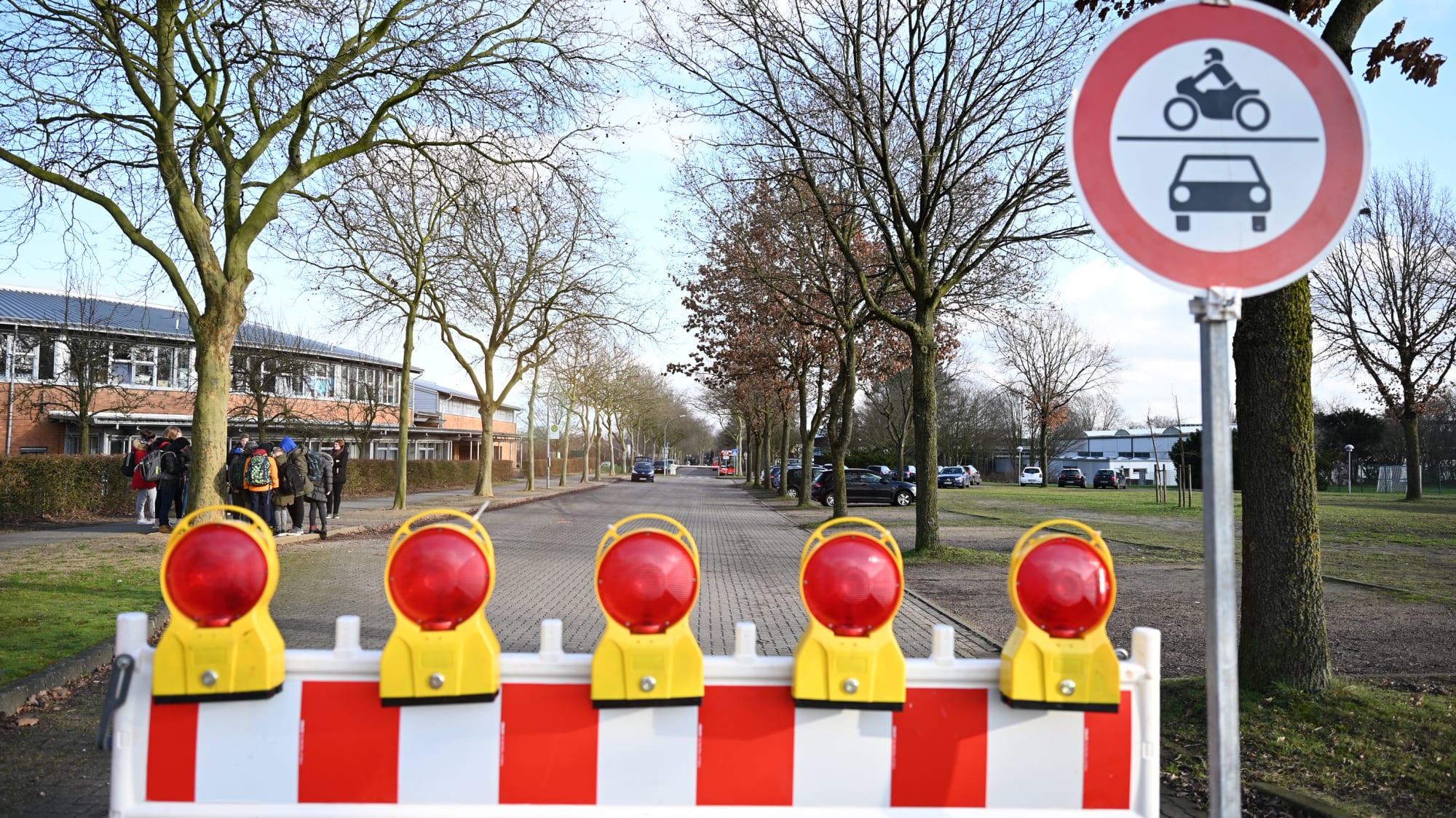 Eine Baustellenabsperrung steht auf einer Straße vor dem Schulzentrum der Gemeinde Oyten