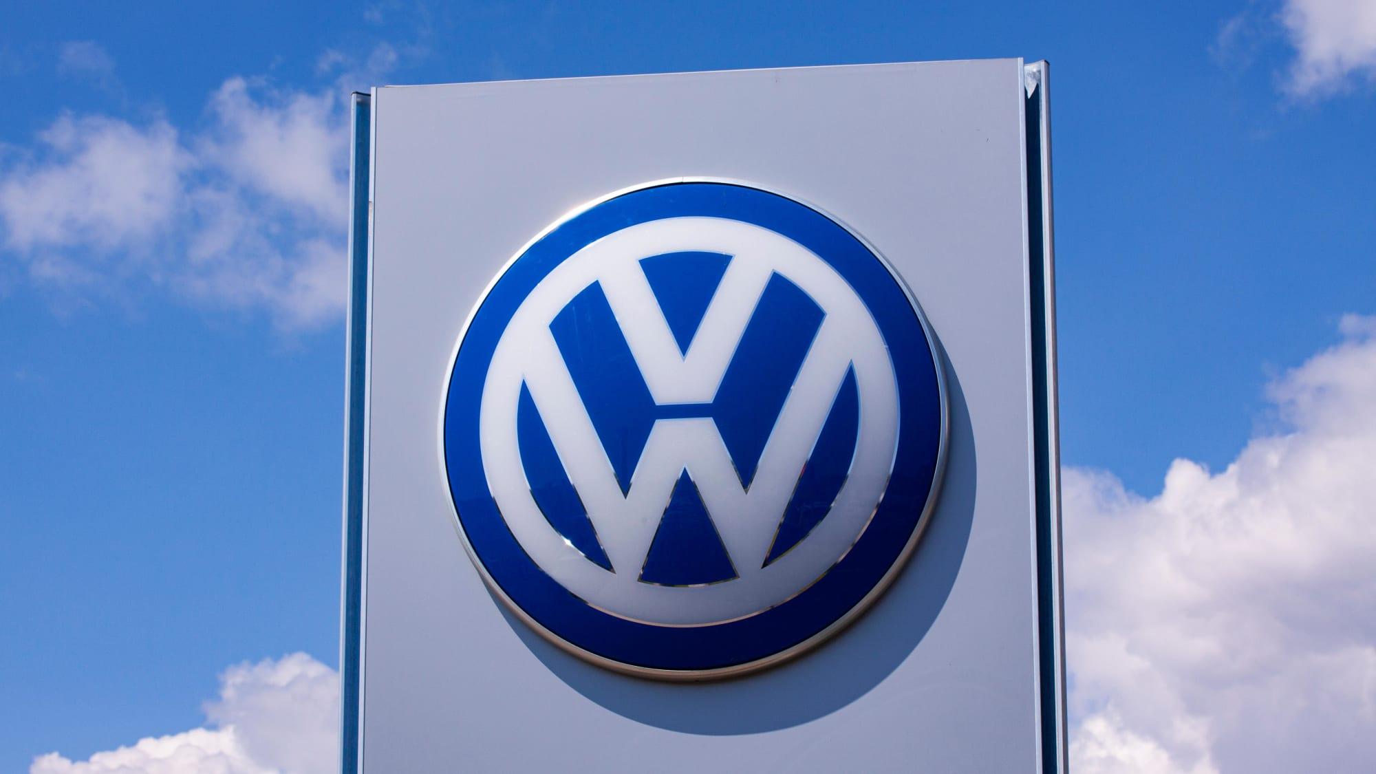 Das Logo von Volkswagen vor blauem Himmel am werk in Wolfsburg