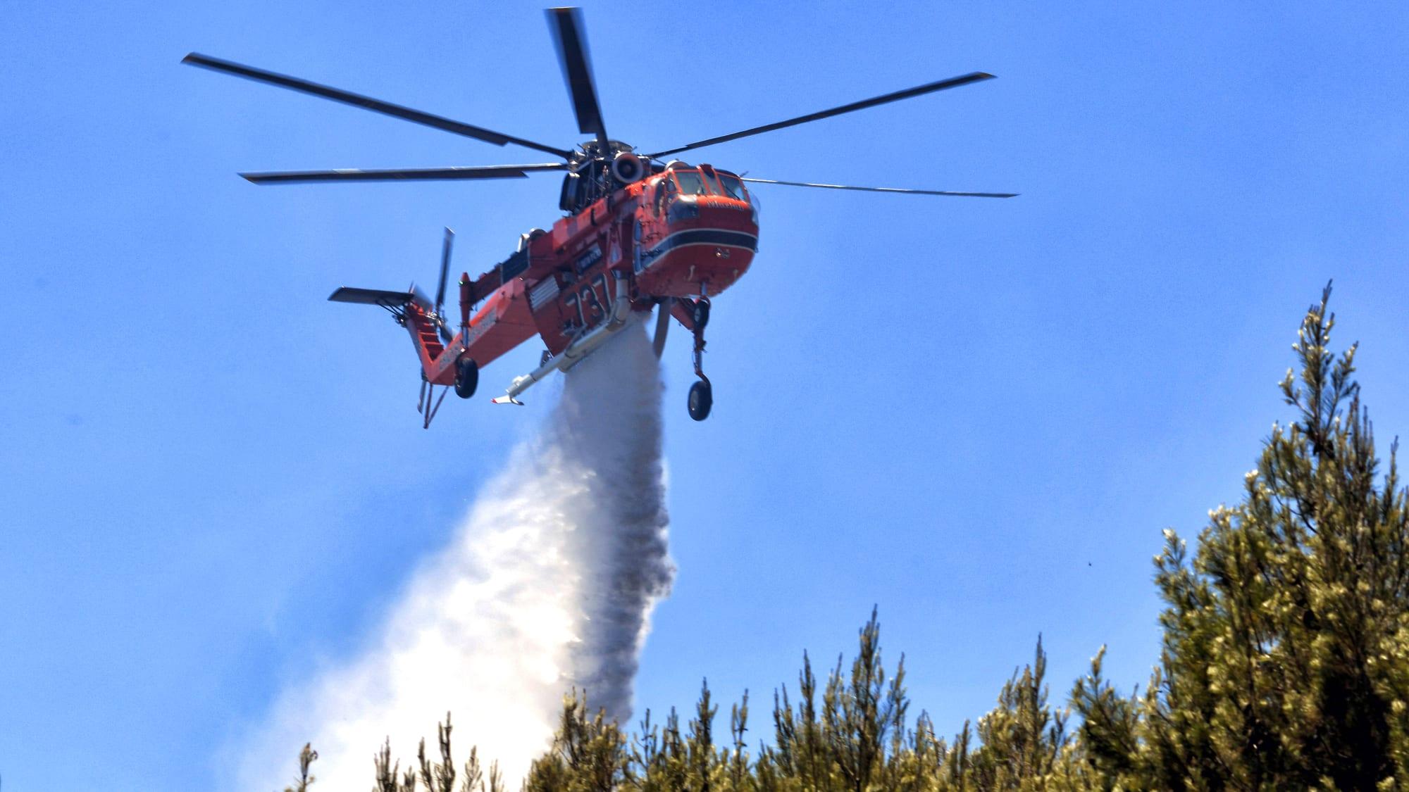 Löschflugzeug bei einem Waldbrand in Griechenland