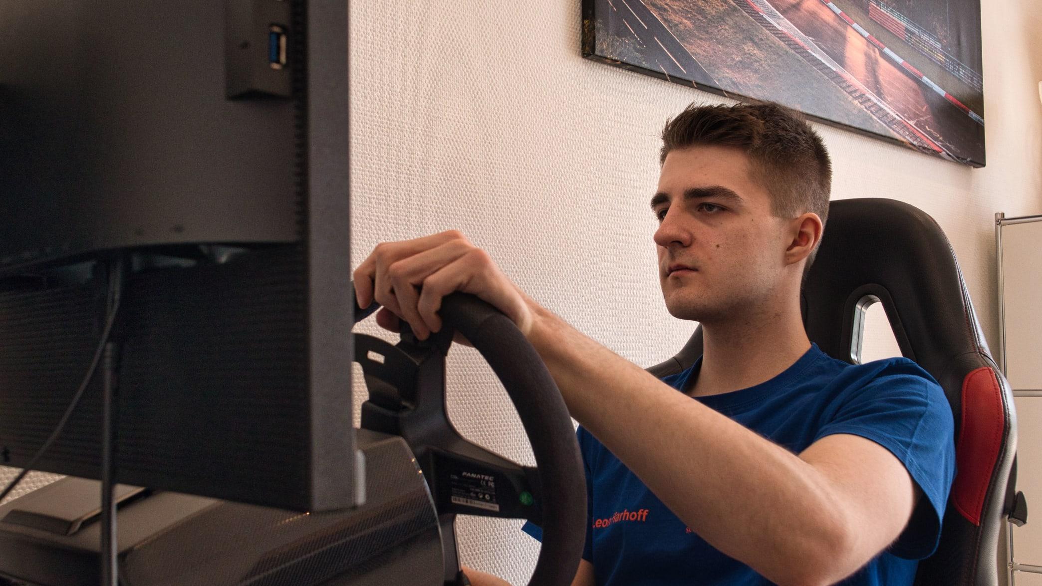 Leon Harhoff im Sim-Racing-Simulator im ADAC Ortsclub Scuderia Augustusburg Brühl