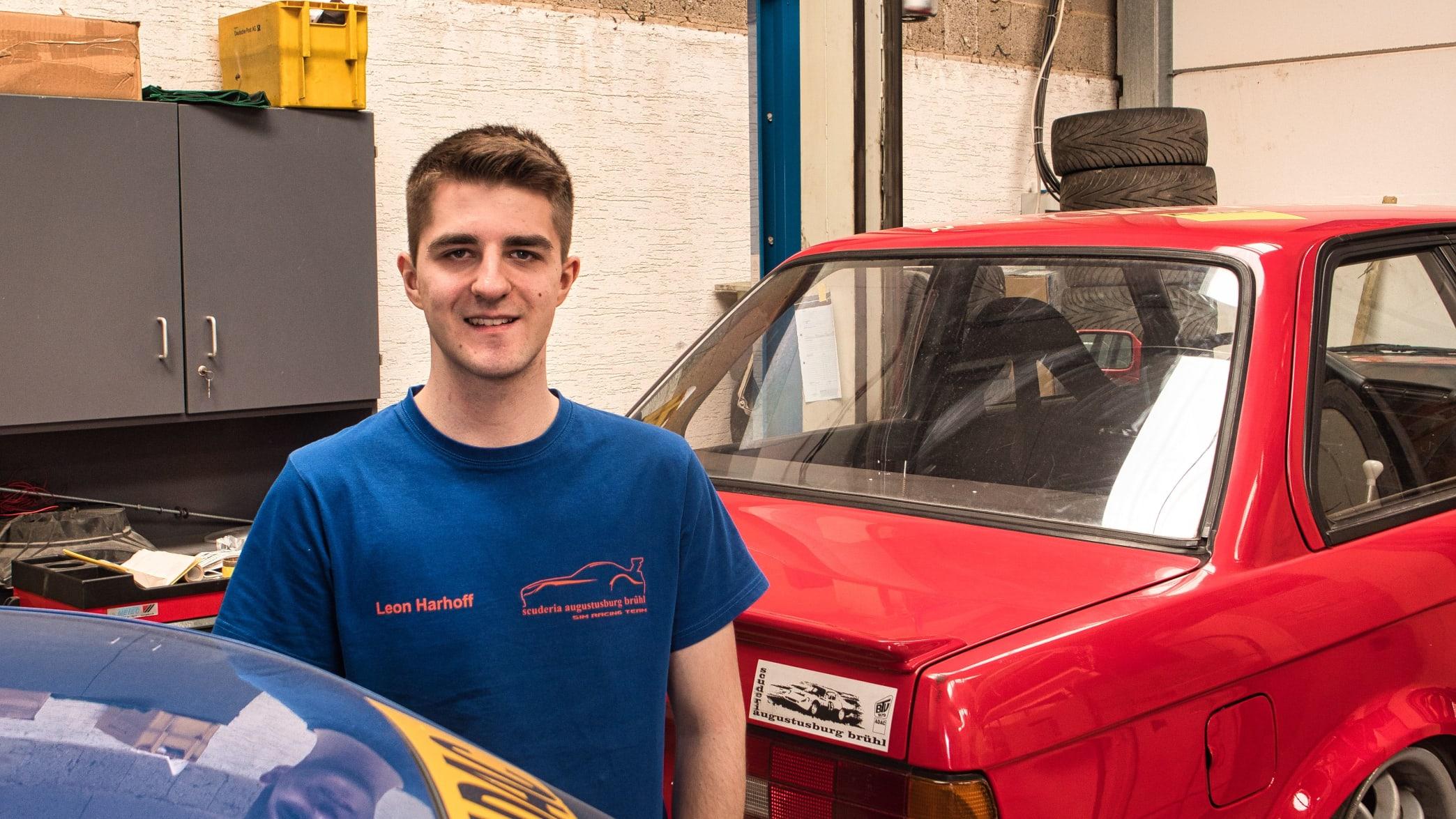 Leon Harhoff in der Garage des ADAC Ortsclubs Scuderia Augustusburg Brühl