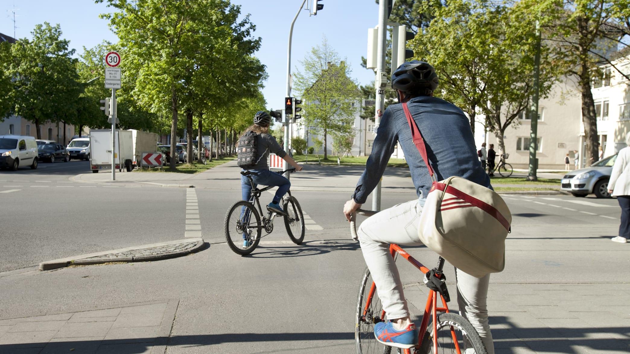 Bei Radfahren ist Abstand halten an Ampeln ist in Zeiten der Corona Krise wichtig
