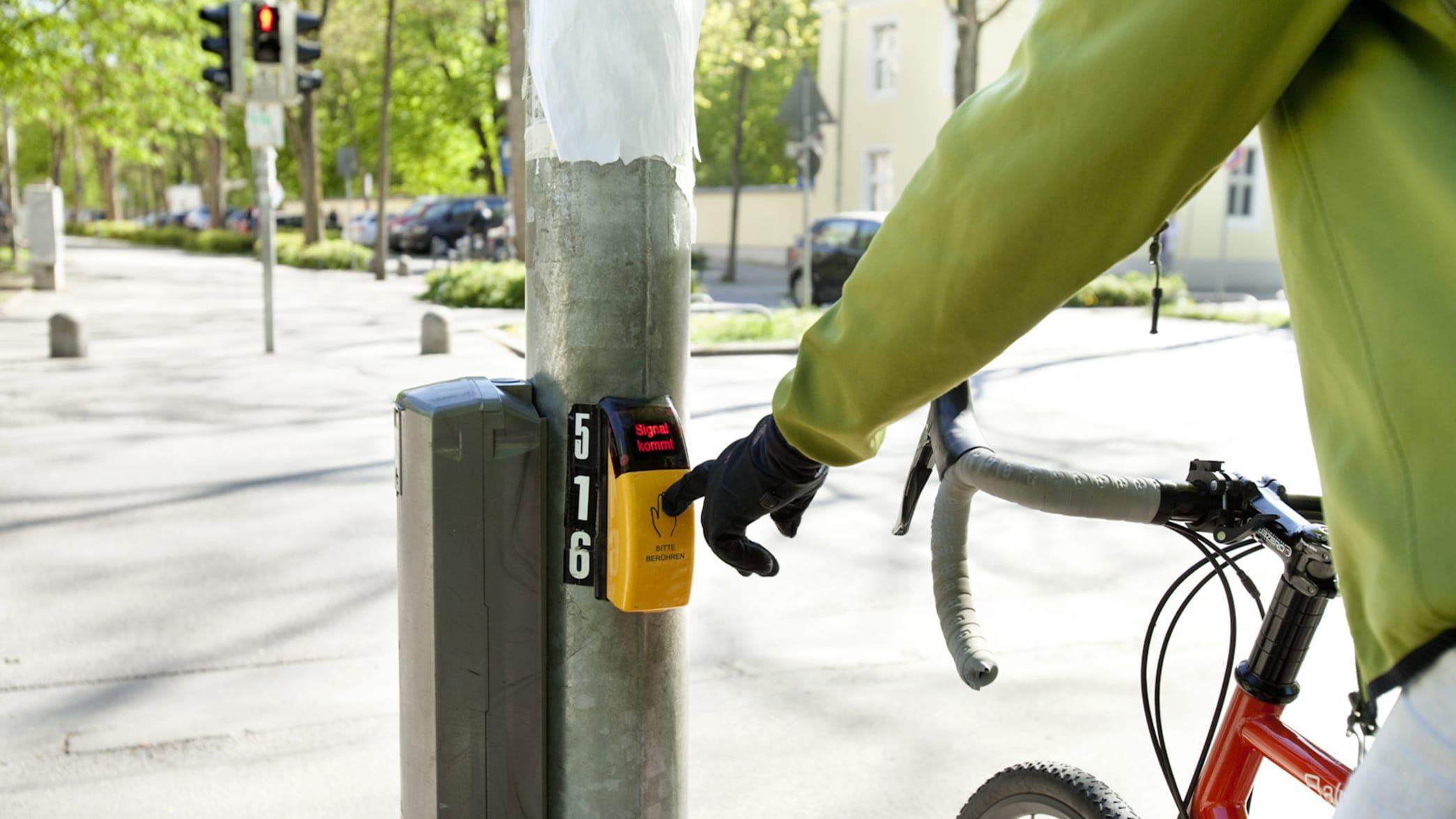 Zu Zeiten der Corona Krise wird das tragen von Handschuhen beim Radfahren zum Drücken des Ampelknopfes empfohlen