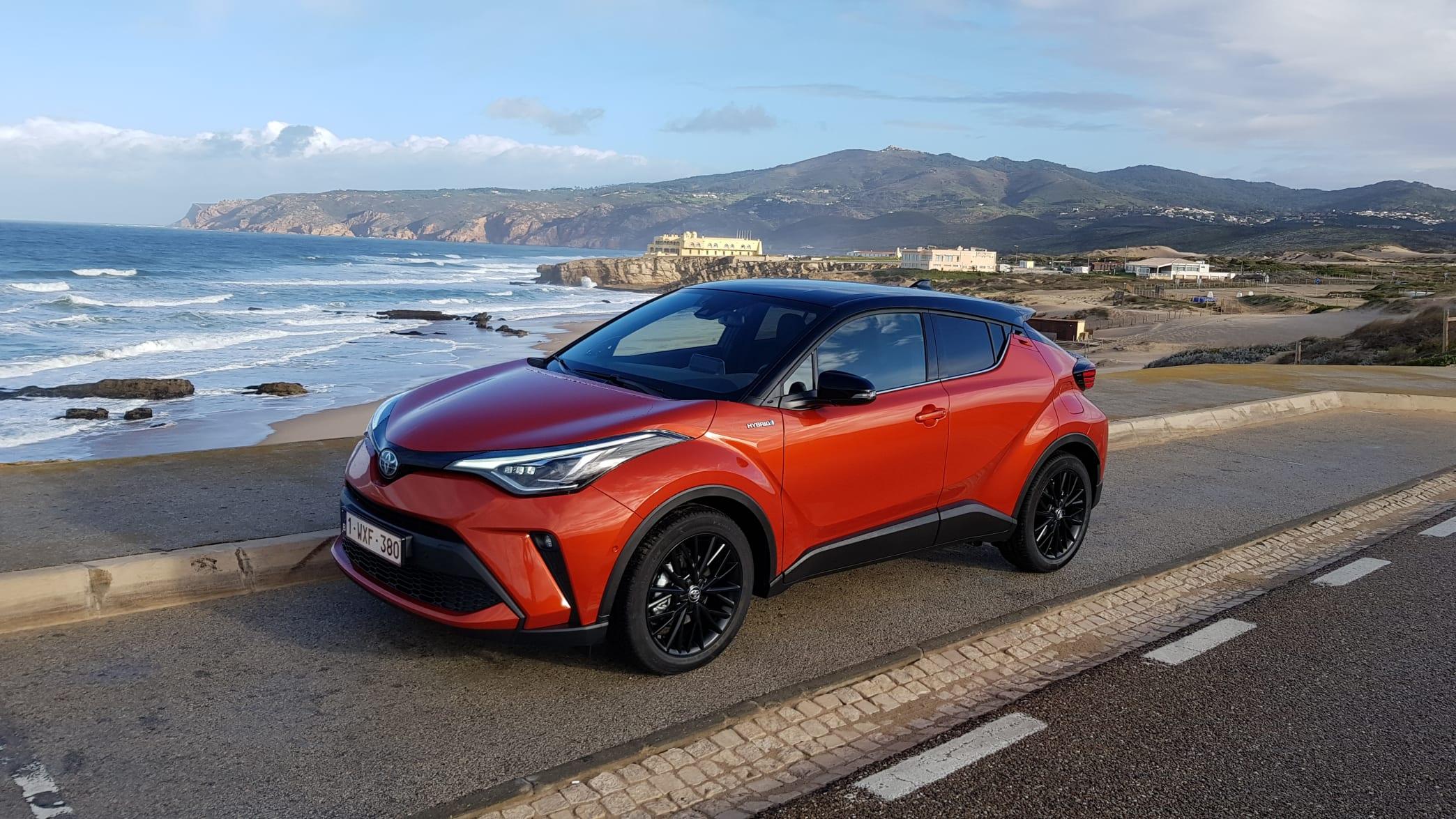 Toyota C-HR steh während einer Testfahrt an einem Küstenabschnitt