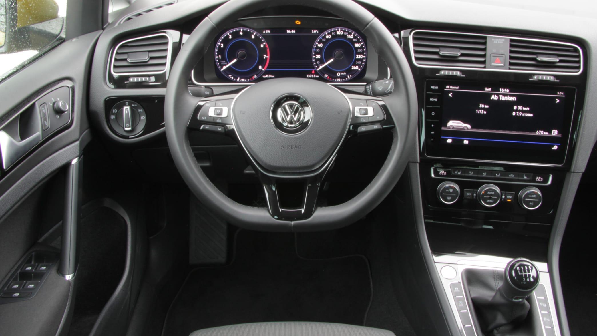 Cockpit eines VW Golf