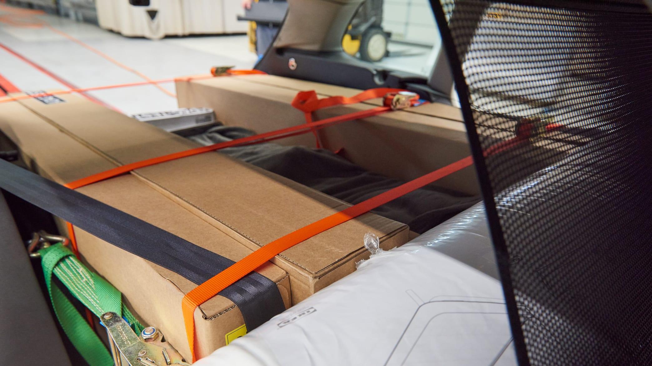 Gut gesicherte Ikea Artikel im Kofferraum eines Autos vor dem Crashtest Gepäcksicherung