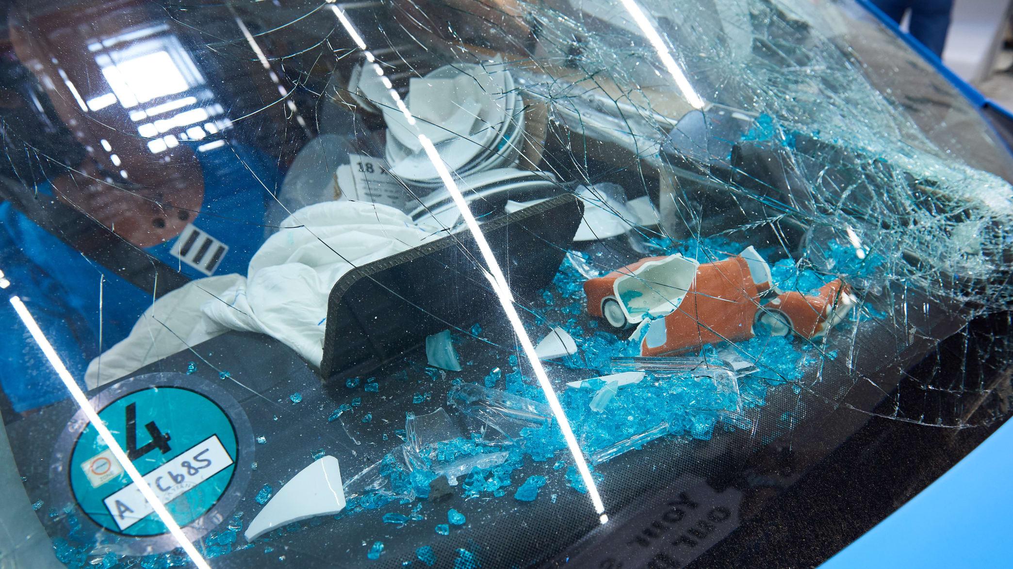 Ungesicherte Ikea-Artikel sind beim Crashtest Gepäcksicherung an die Windschutzscheibe geflogen.