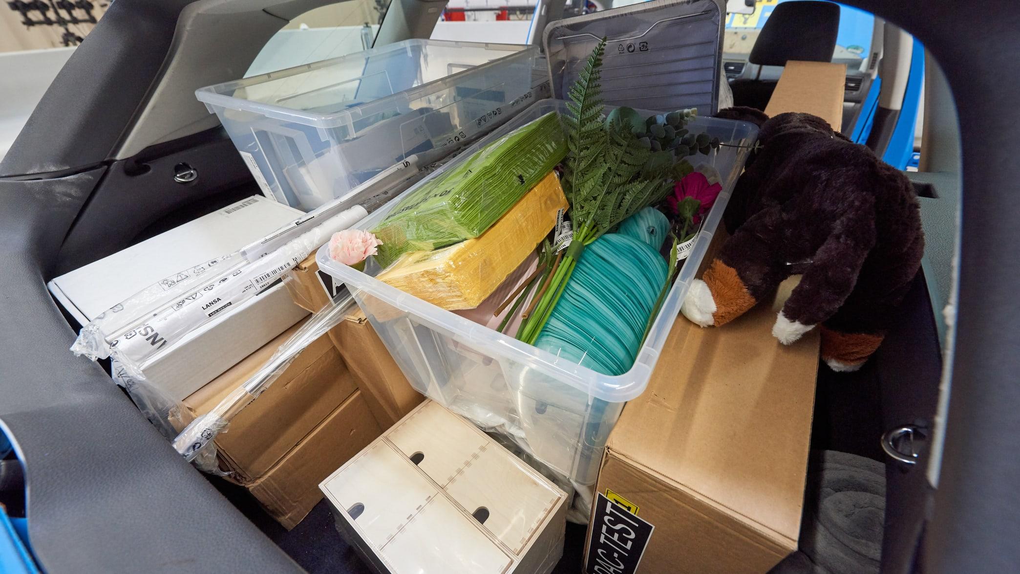 Ikea Artikel im Kofferraum eines Autos vor dem Crashtest Gepäcksicherung