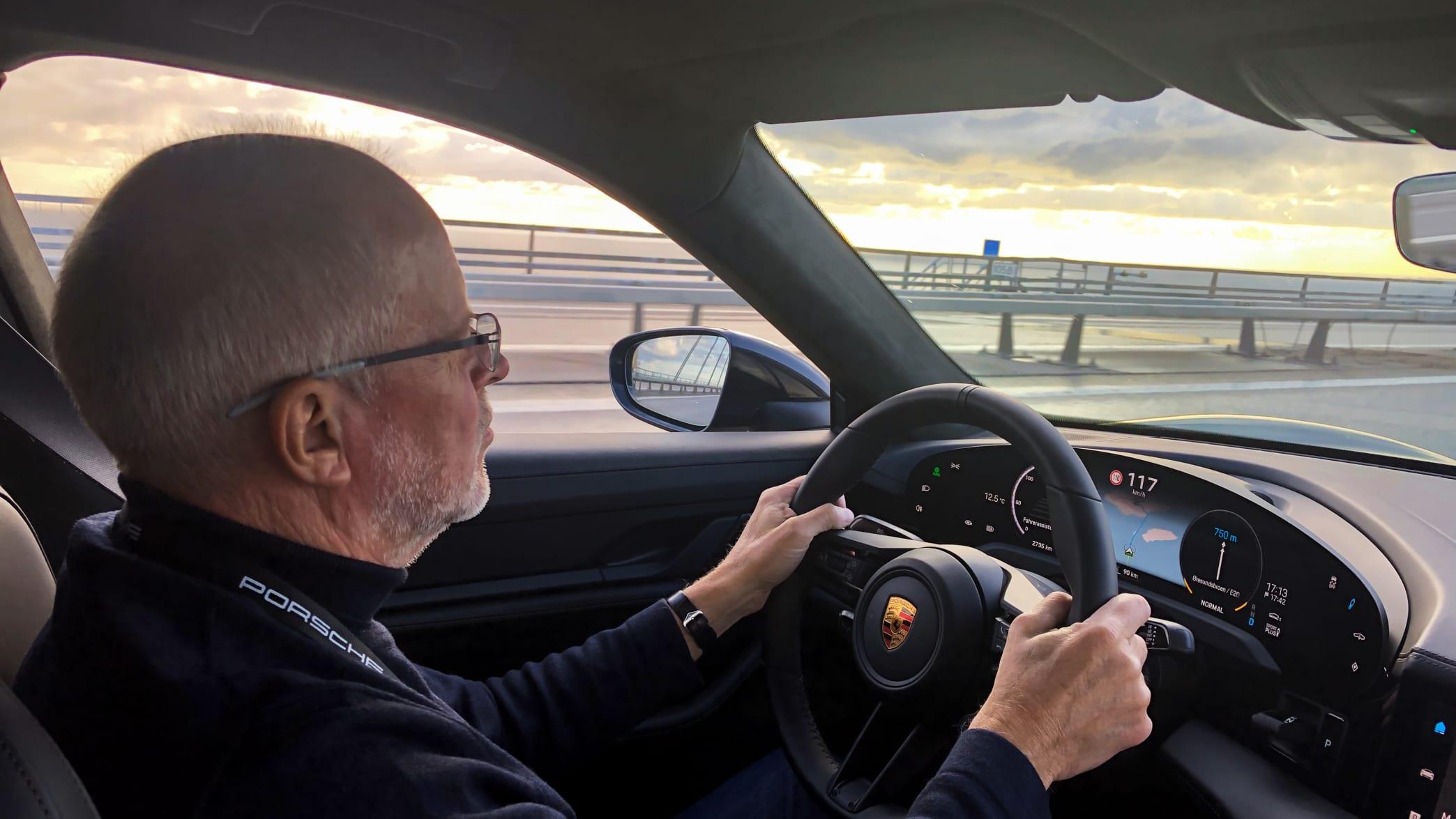 ADAC Redakteur Wolfgang Rudschies fährt einen Porsche Taycan
