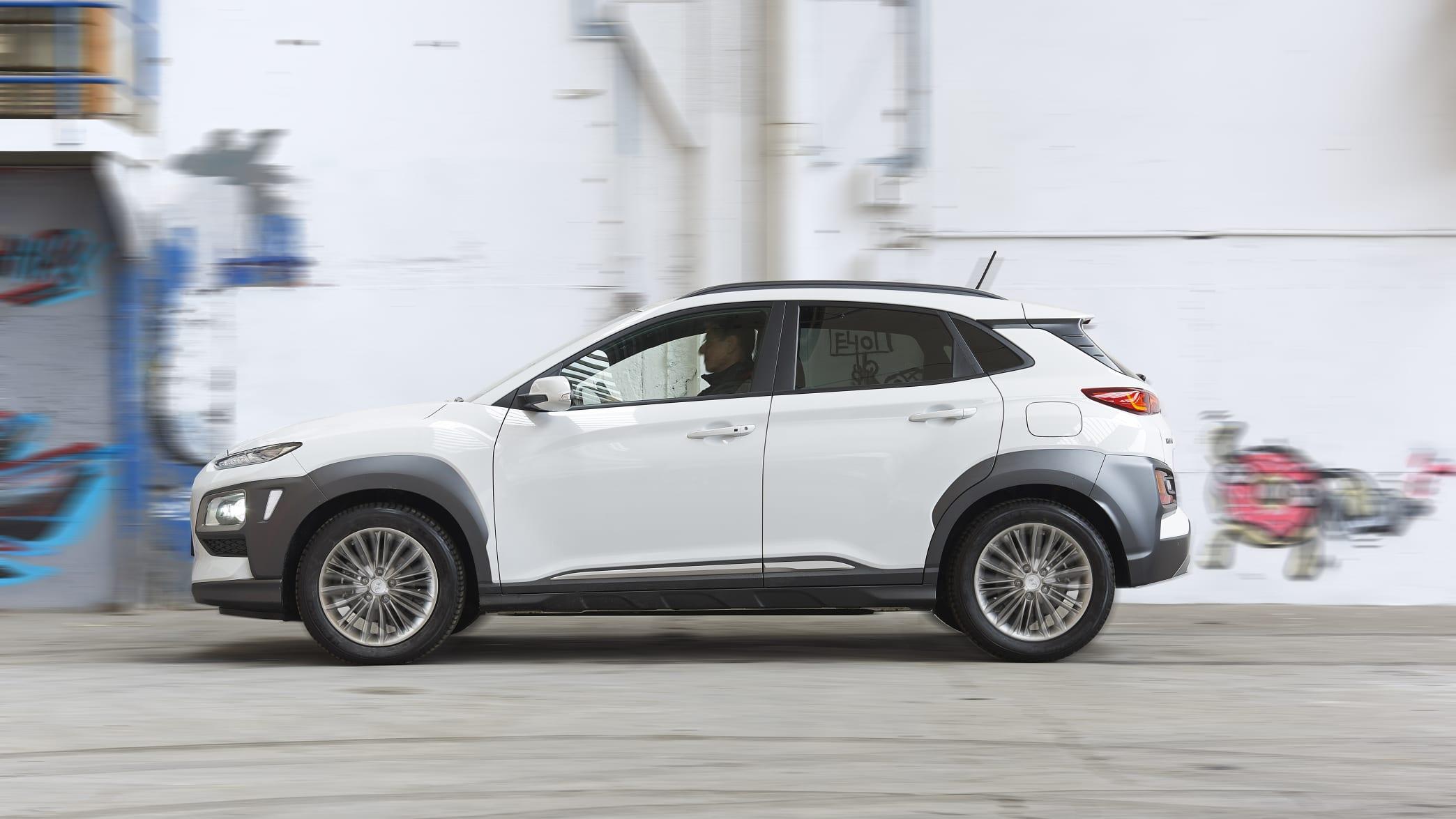 weisser Hyundai Kona fährt auf Strasse