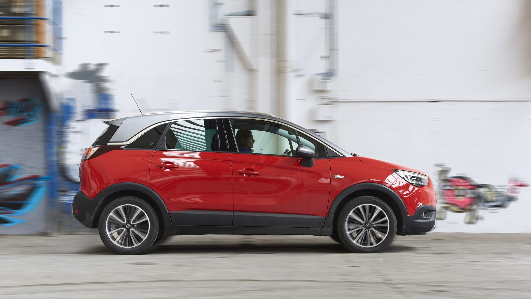 roter Opel Crossland fährt auf Strasse