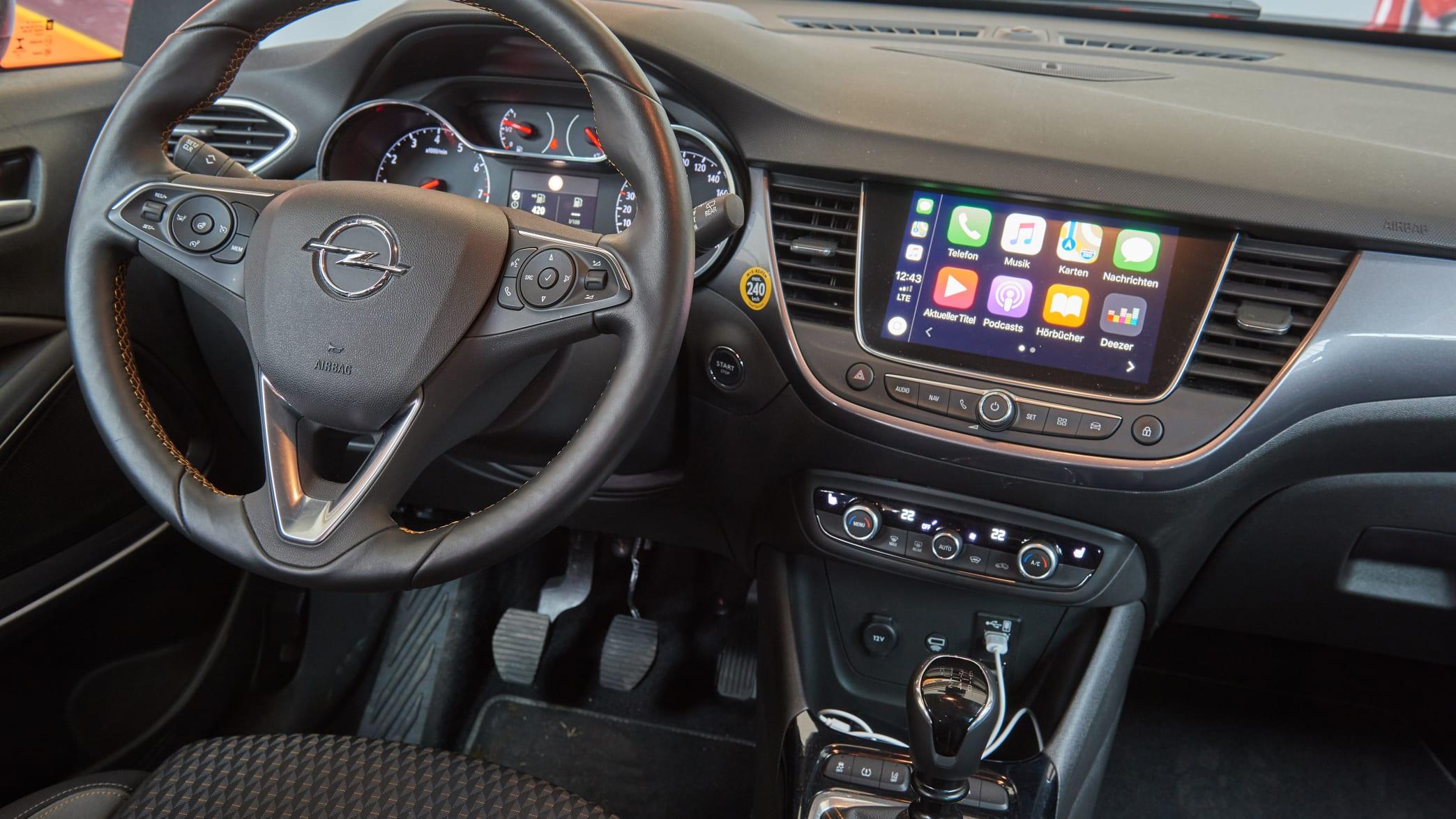 Cockpit eines Opel Crossland