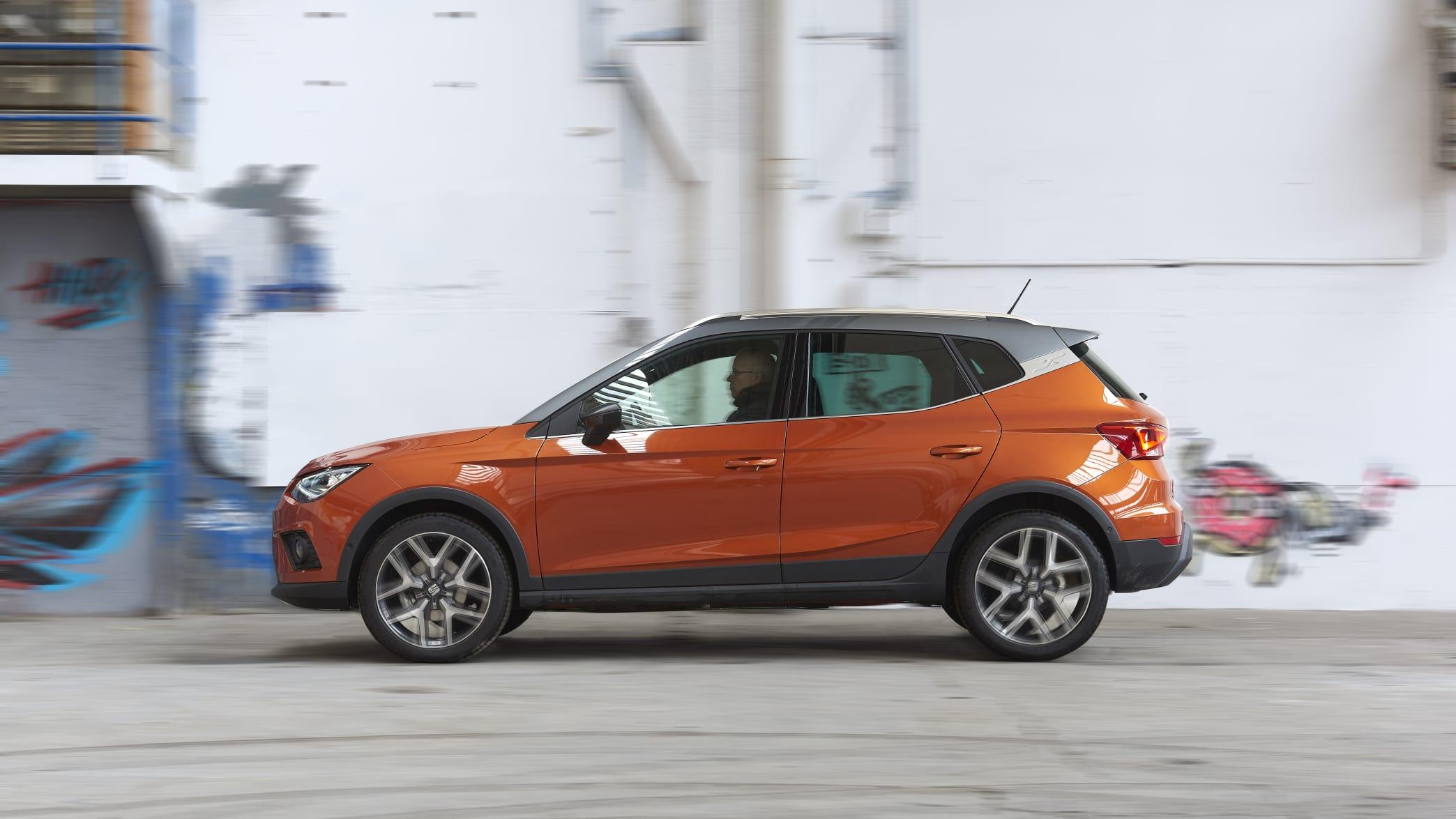 orangener Seat Arona fährt auf einer Strasse