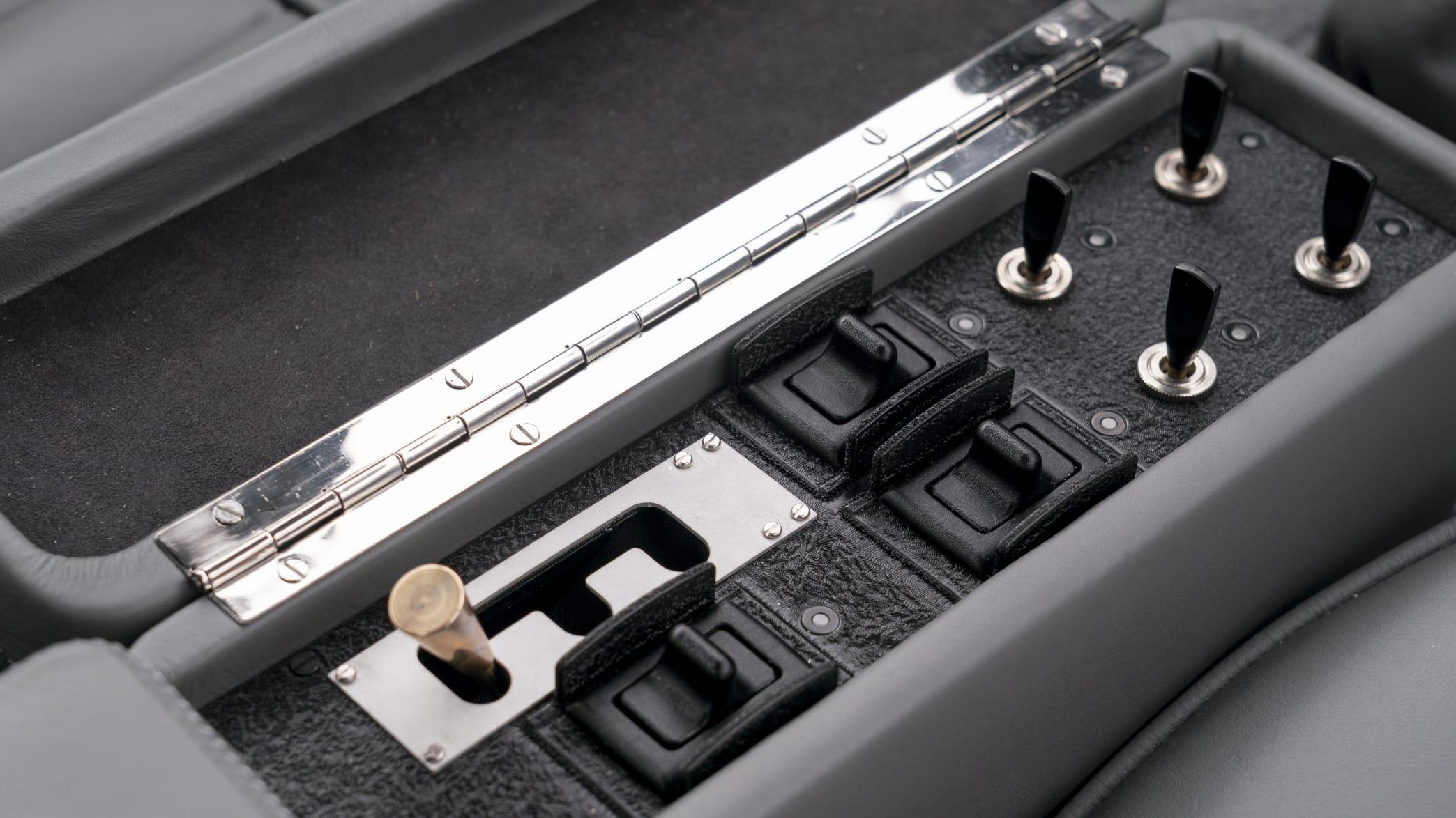 kleine Schalthebel im Aston Martin Goldfinger