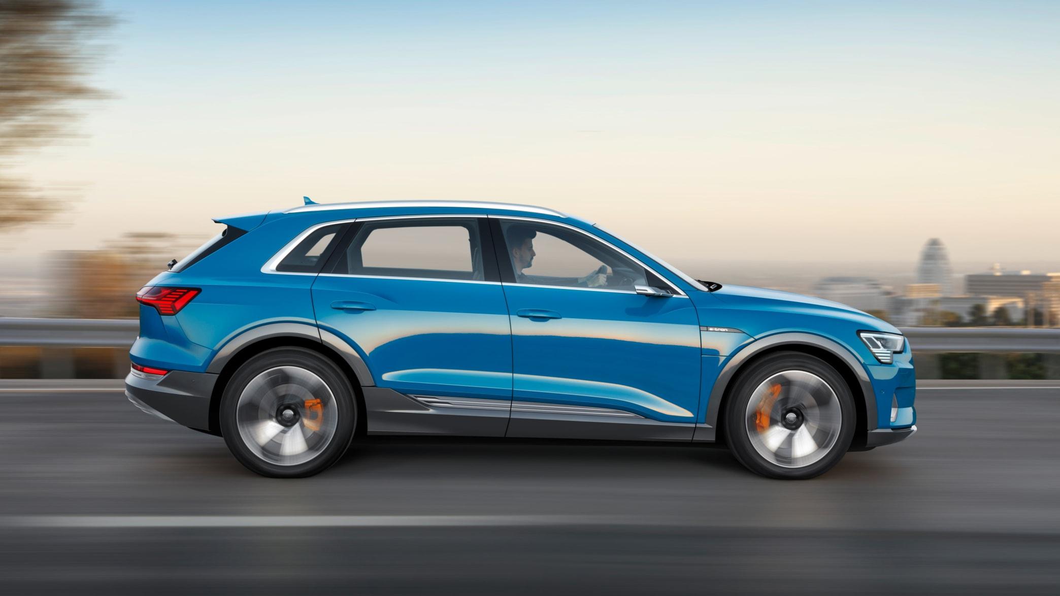 Audi e-tron fahrend von der Seite