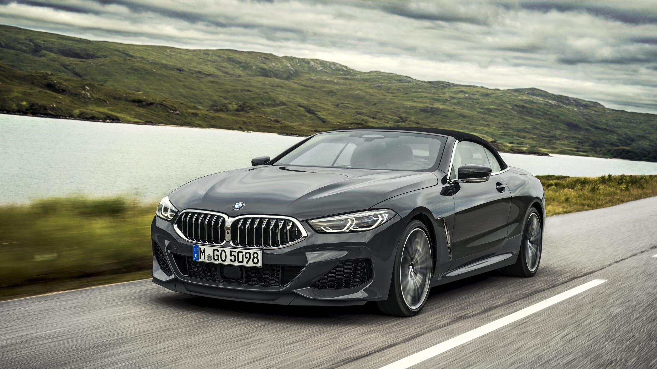 BMW 8er Cabrio fahrend auf der Straße