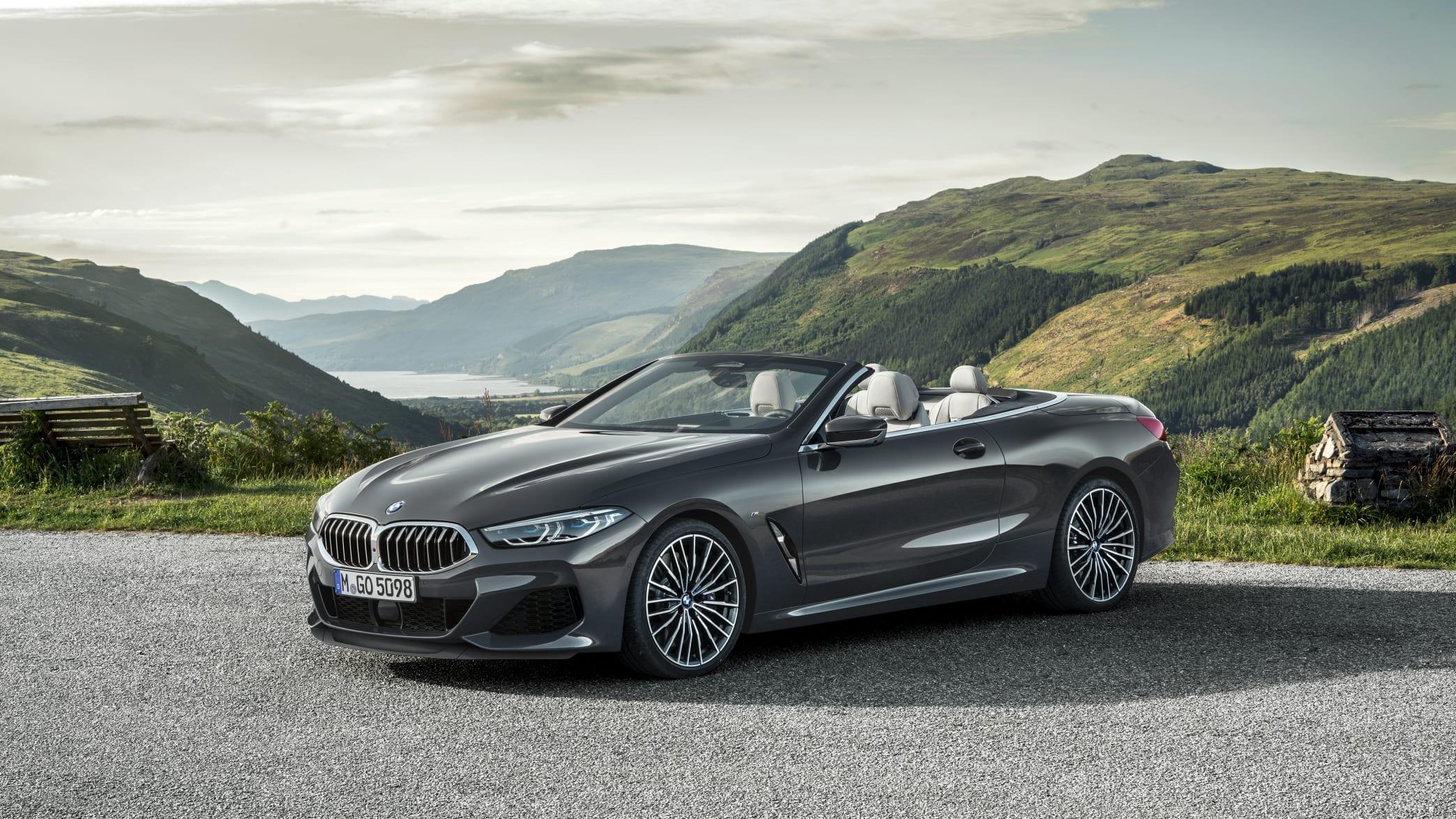BMW 8er Cabrio stehend von der Seite