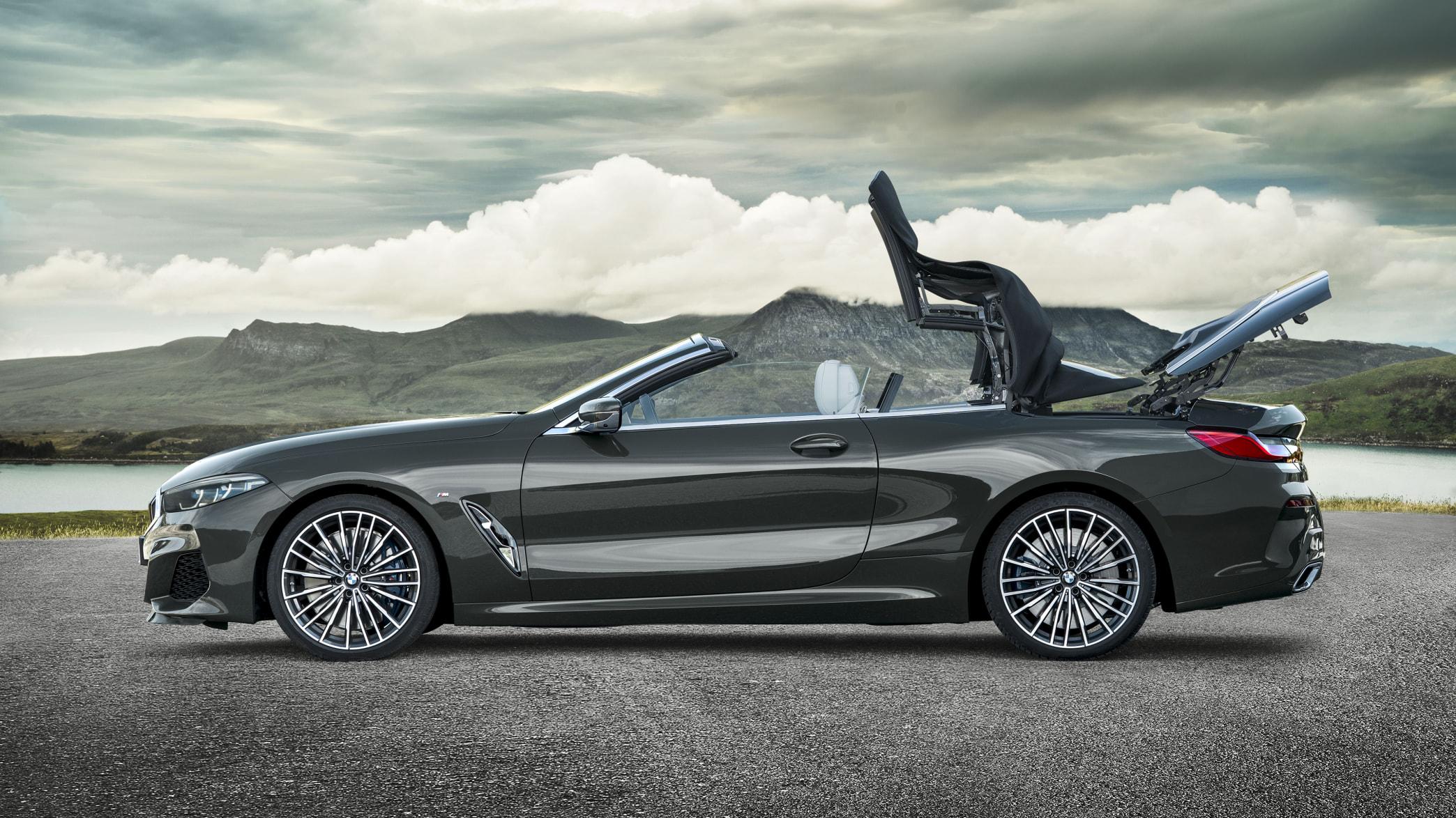 BMW 8er Cabrio mit sich öffnendem Verdeck