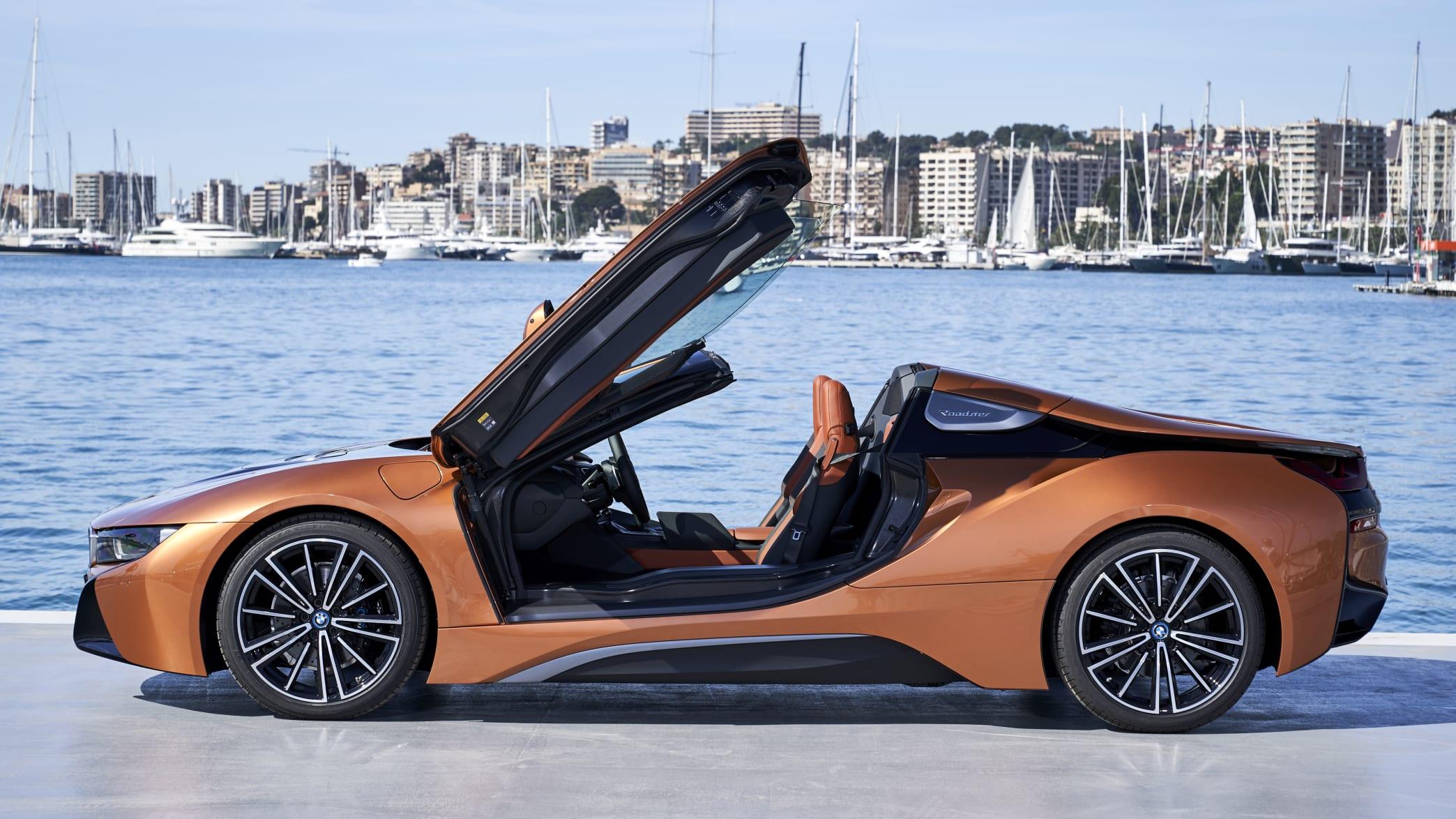 Geöffnete Flügeltüren des BMW i8 Roadster