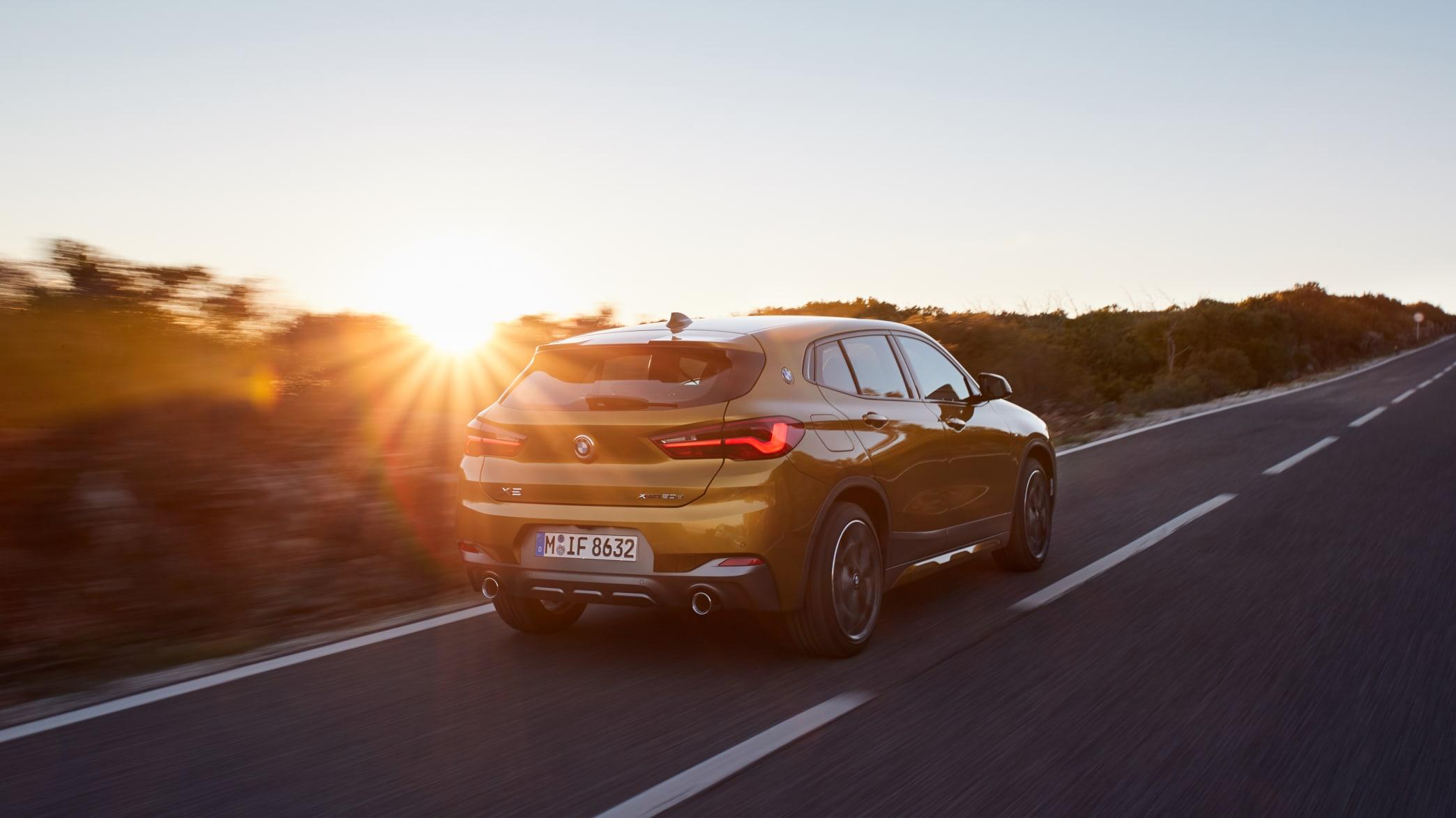 fahrender BMW X2 bei Sonnenuntergang