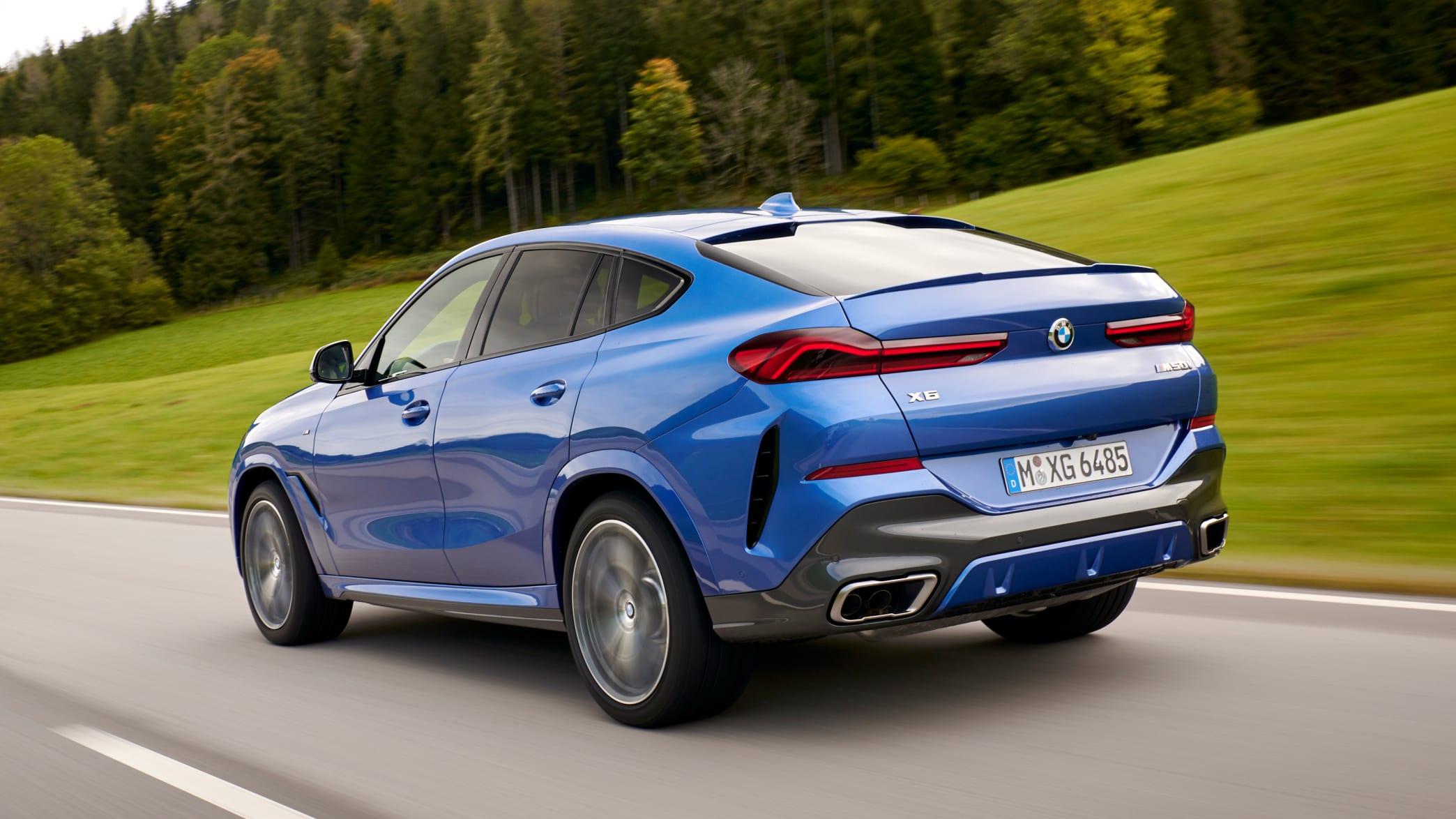 Heckansicht des BMW X6 fahrend