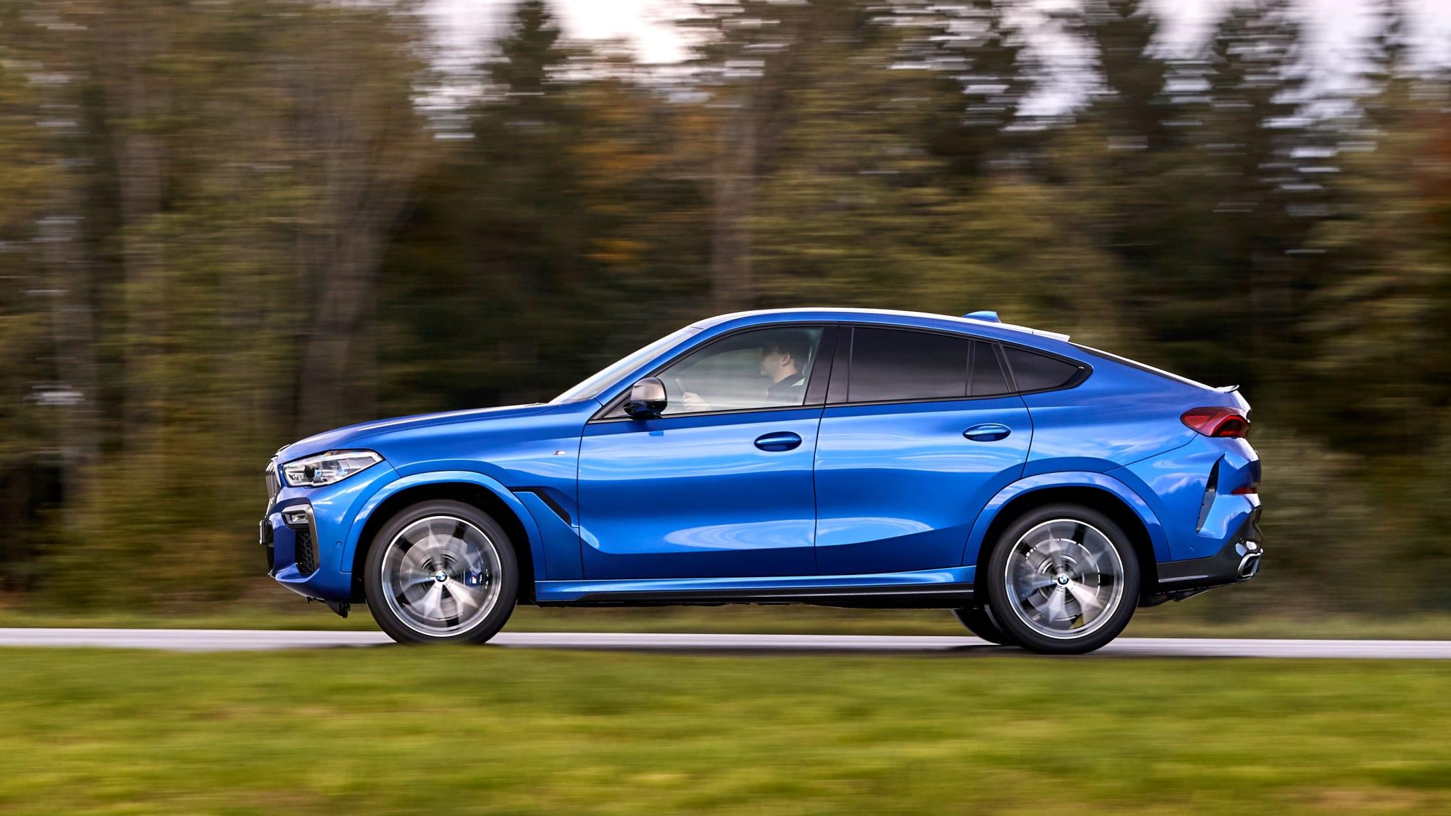 Seitenansicht des BMW X6 fahrend