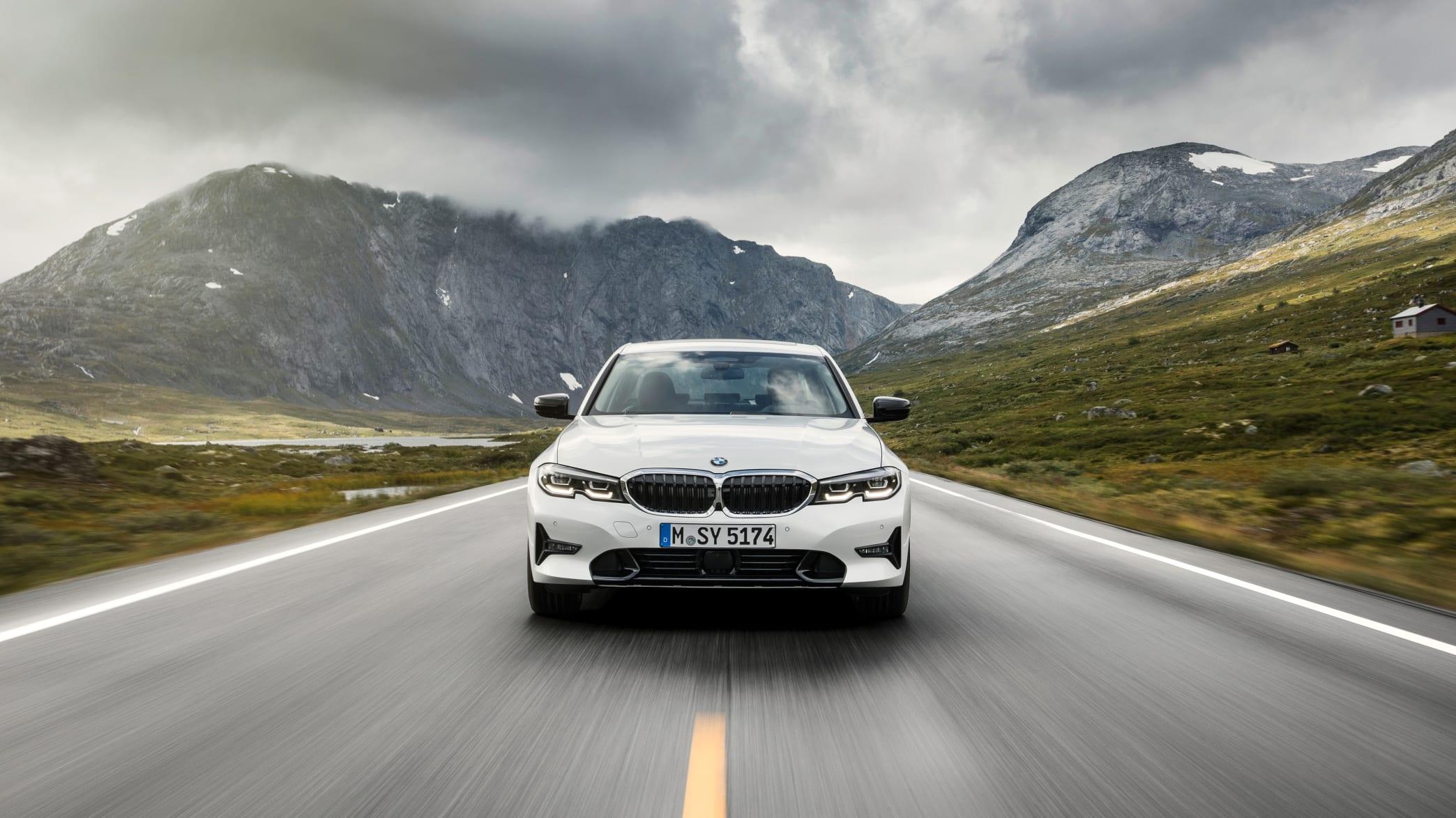 weisser 3er BMW fährt auf Strasse