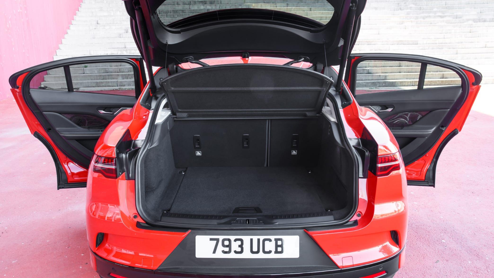 Kofferraum eines roten Jaguar I-Pace 2019