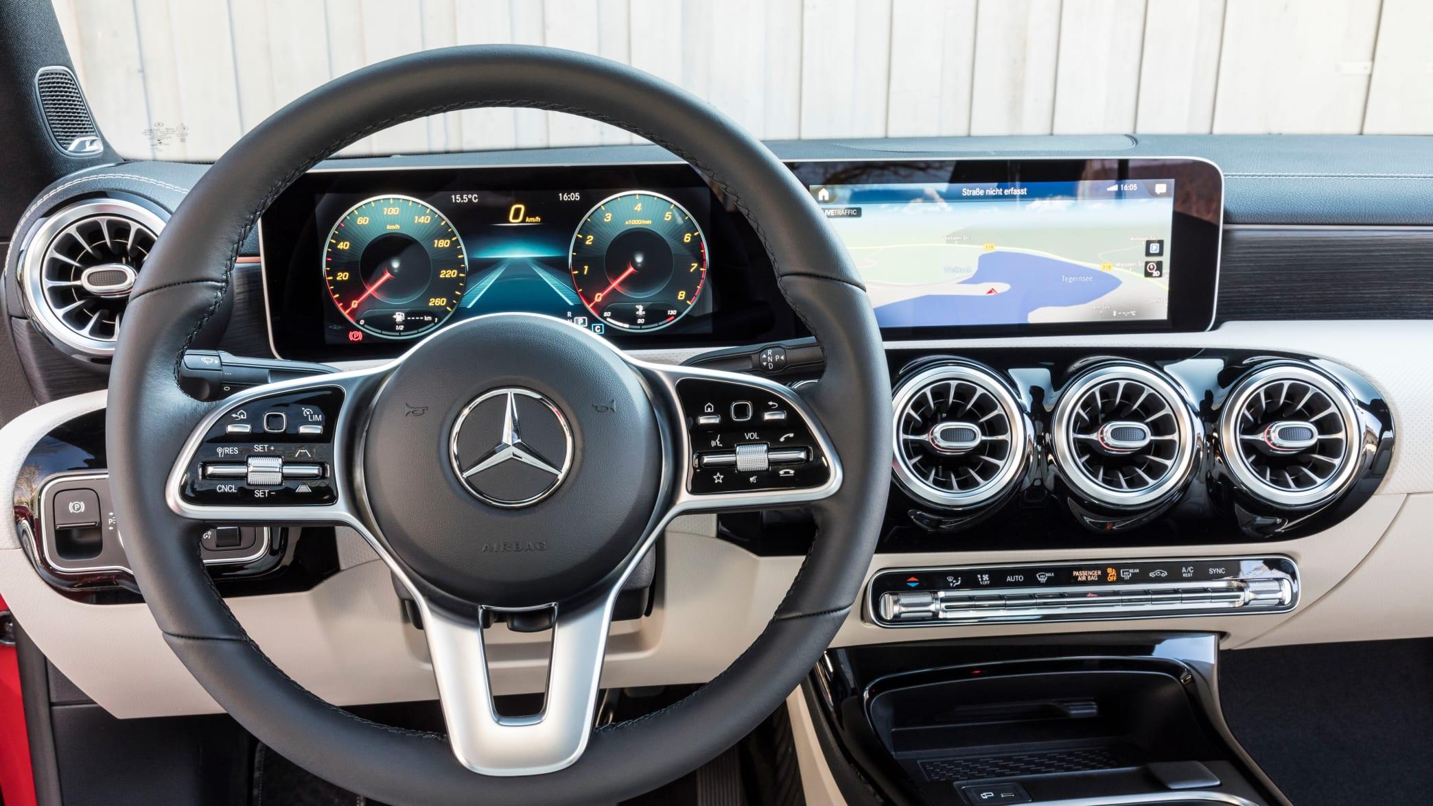 Cockpit Display eines Mercedes CLA Coupe