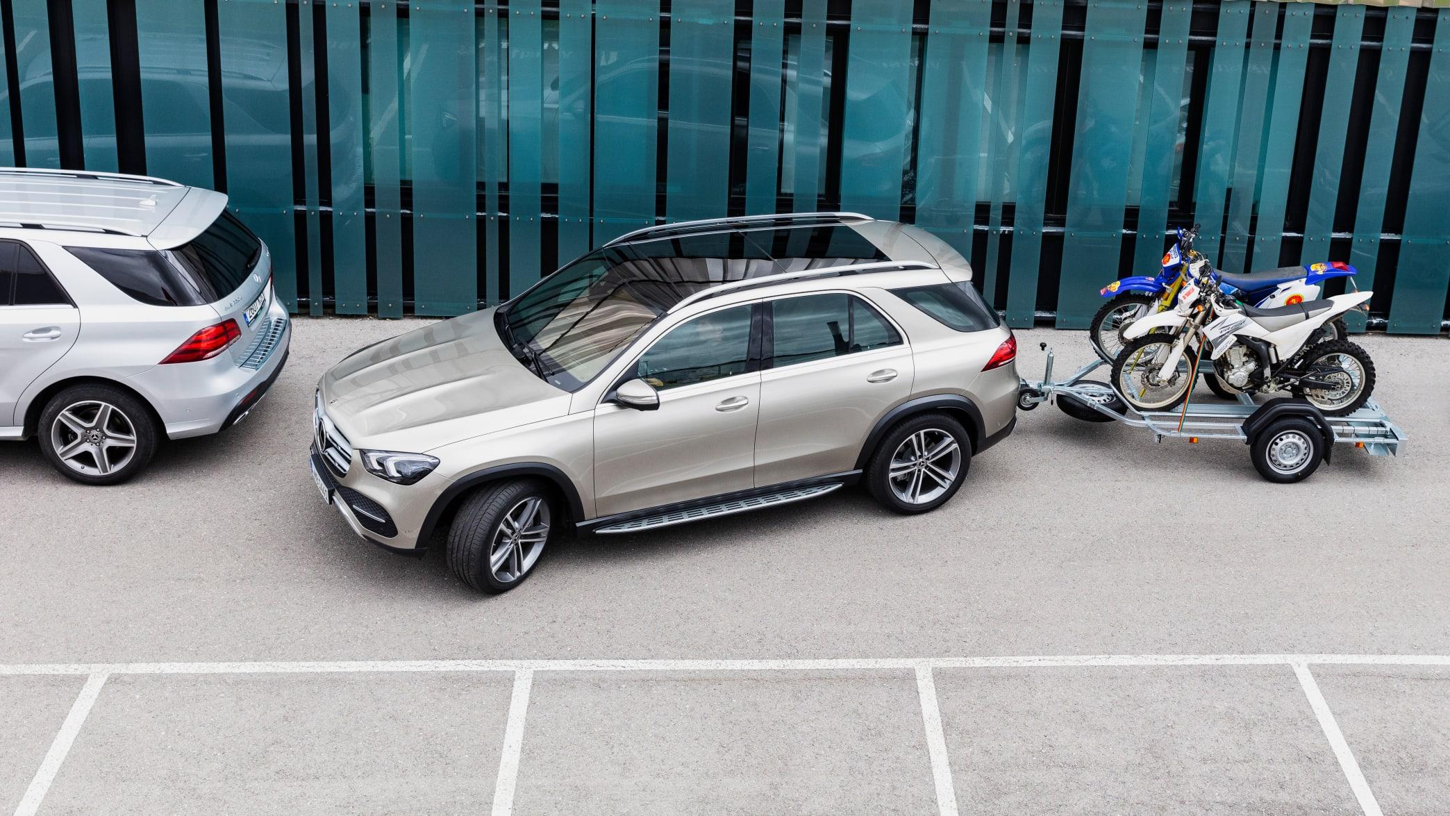 Silberner Mercedes GLE rangiert mit Anhanger
