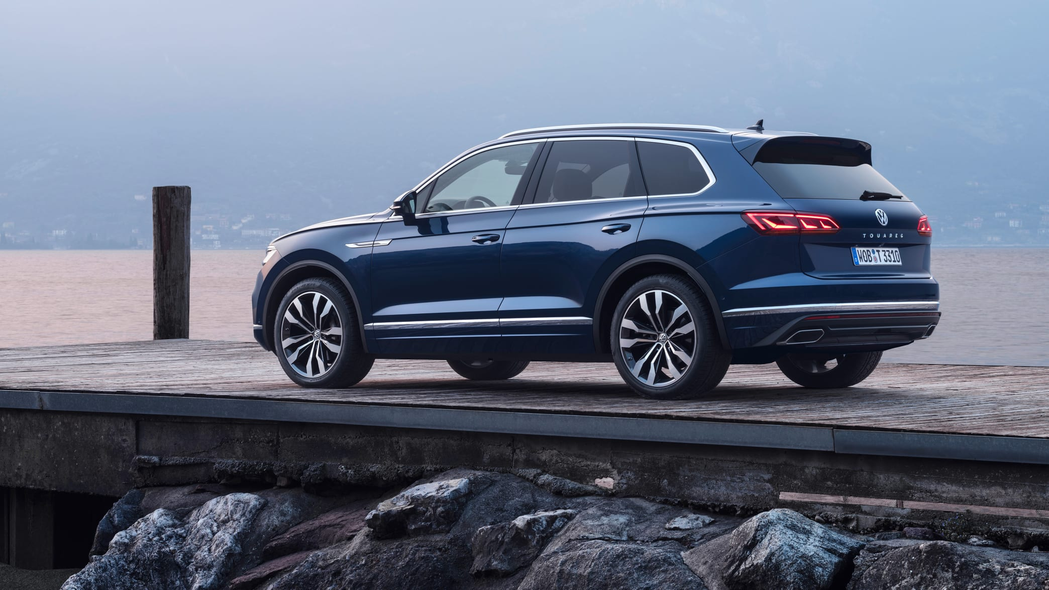 blauer VW Touareg steht auf Steg