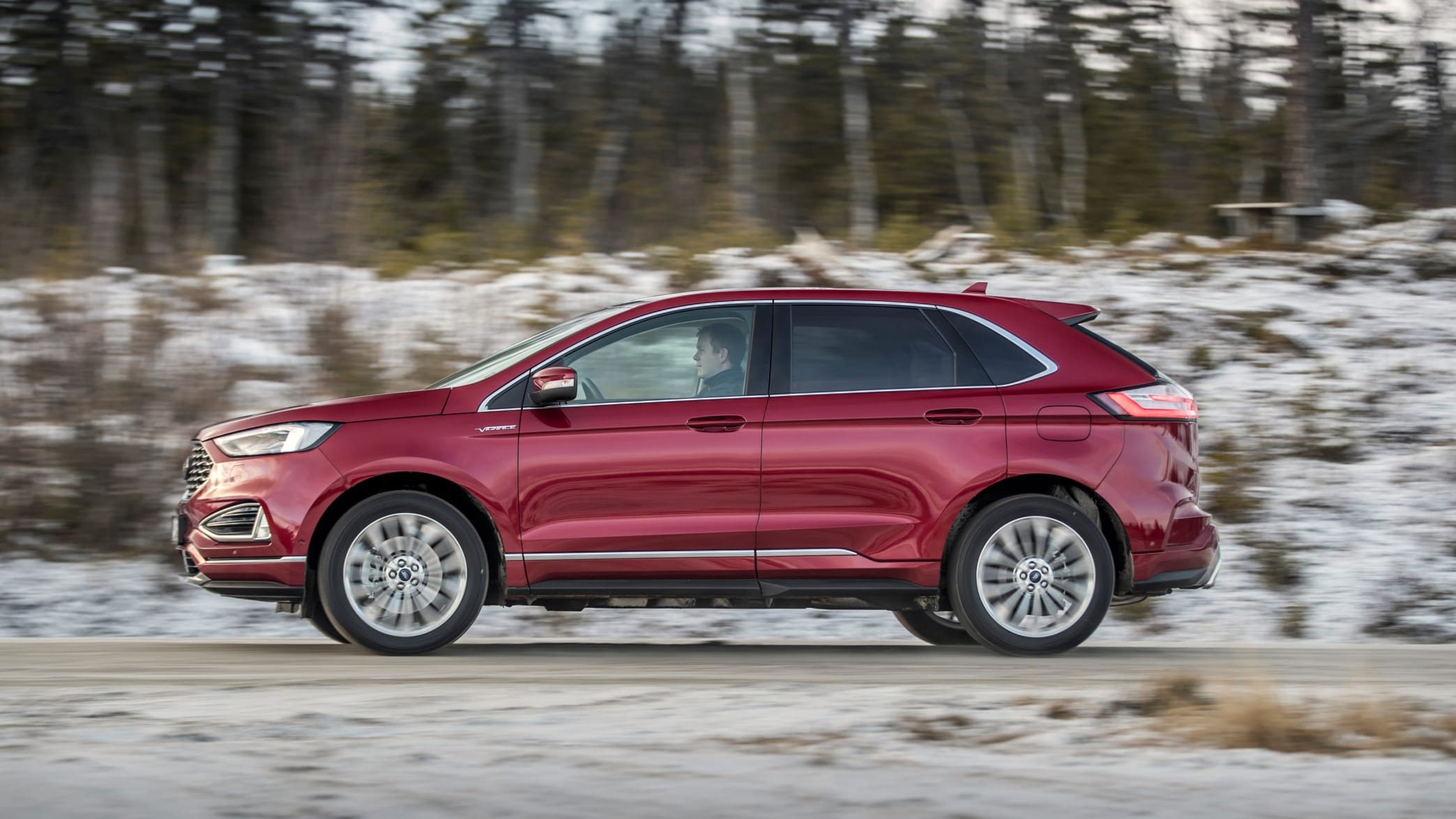 roter Ford Edge 2019 faehrt durch Winterlanschaft