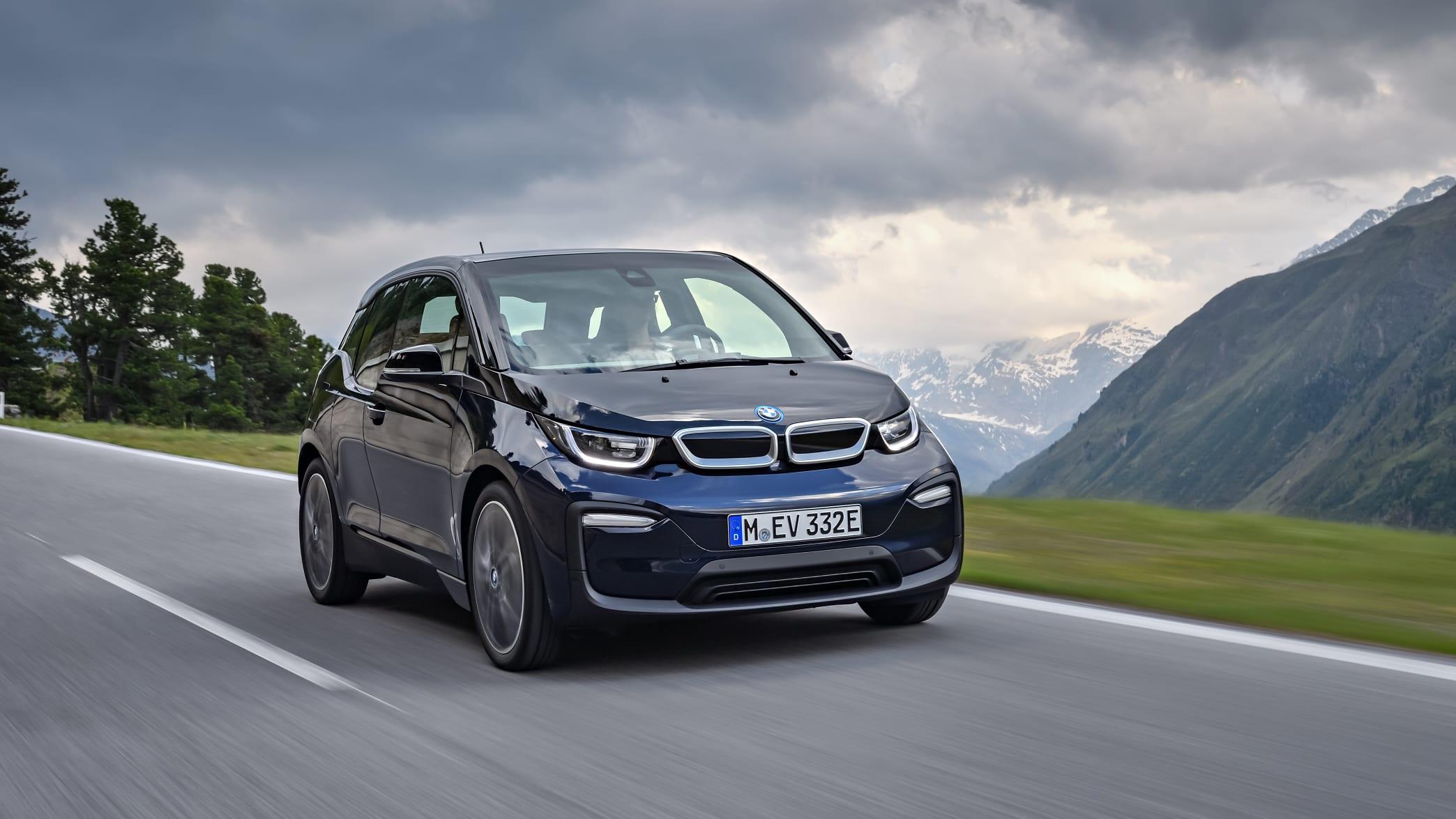 BMW i3 fahrend auf der Straße