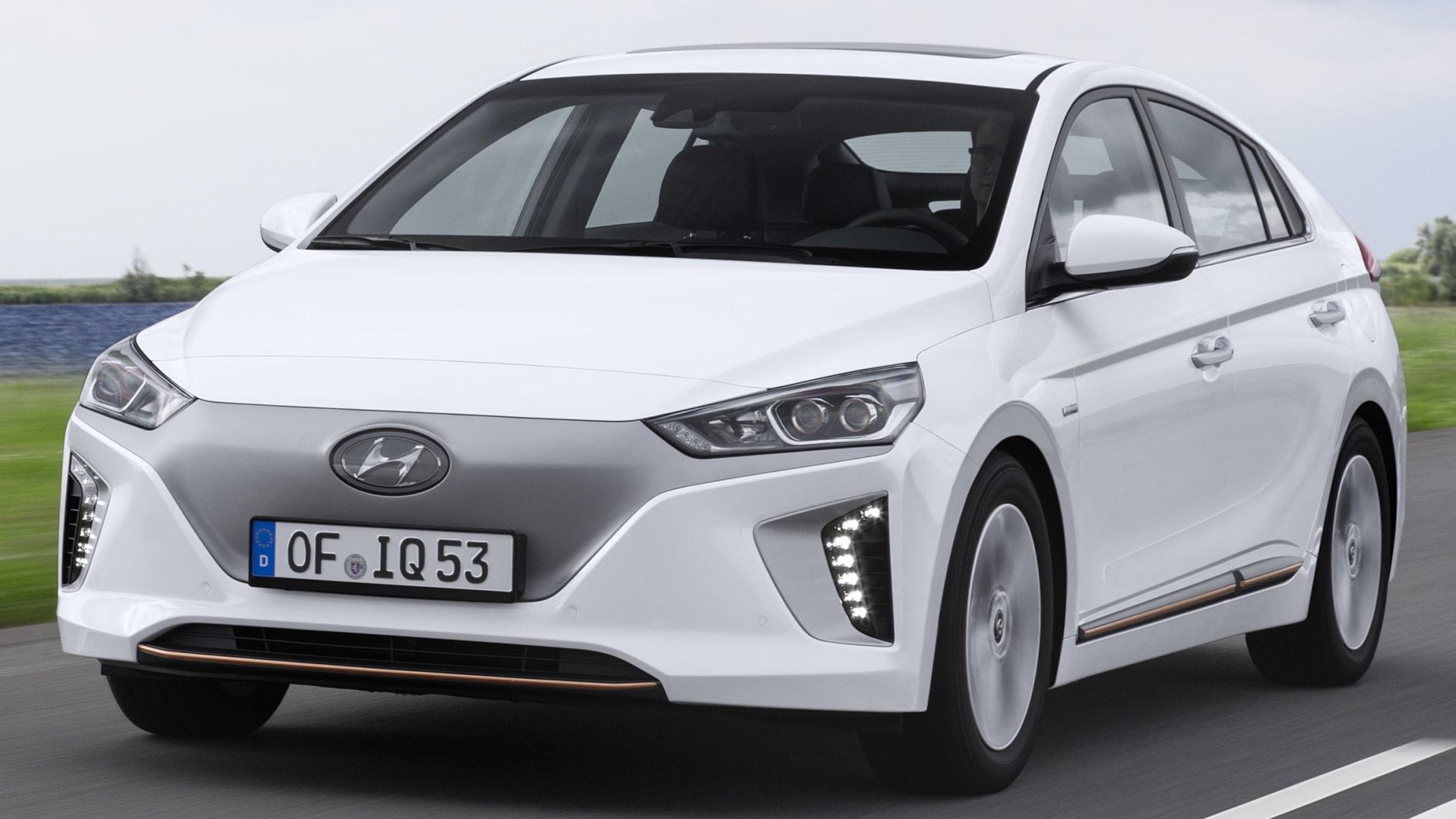 Hyundai Ioniq Electric fahrend auf der Straße