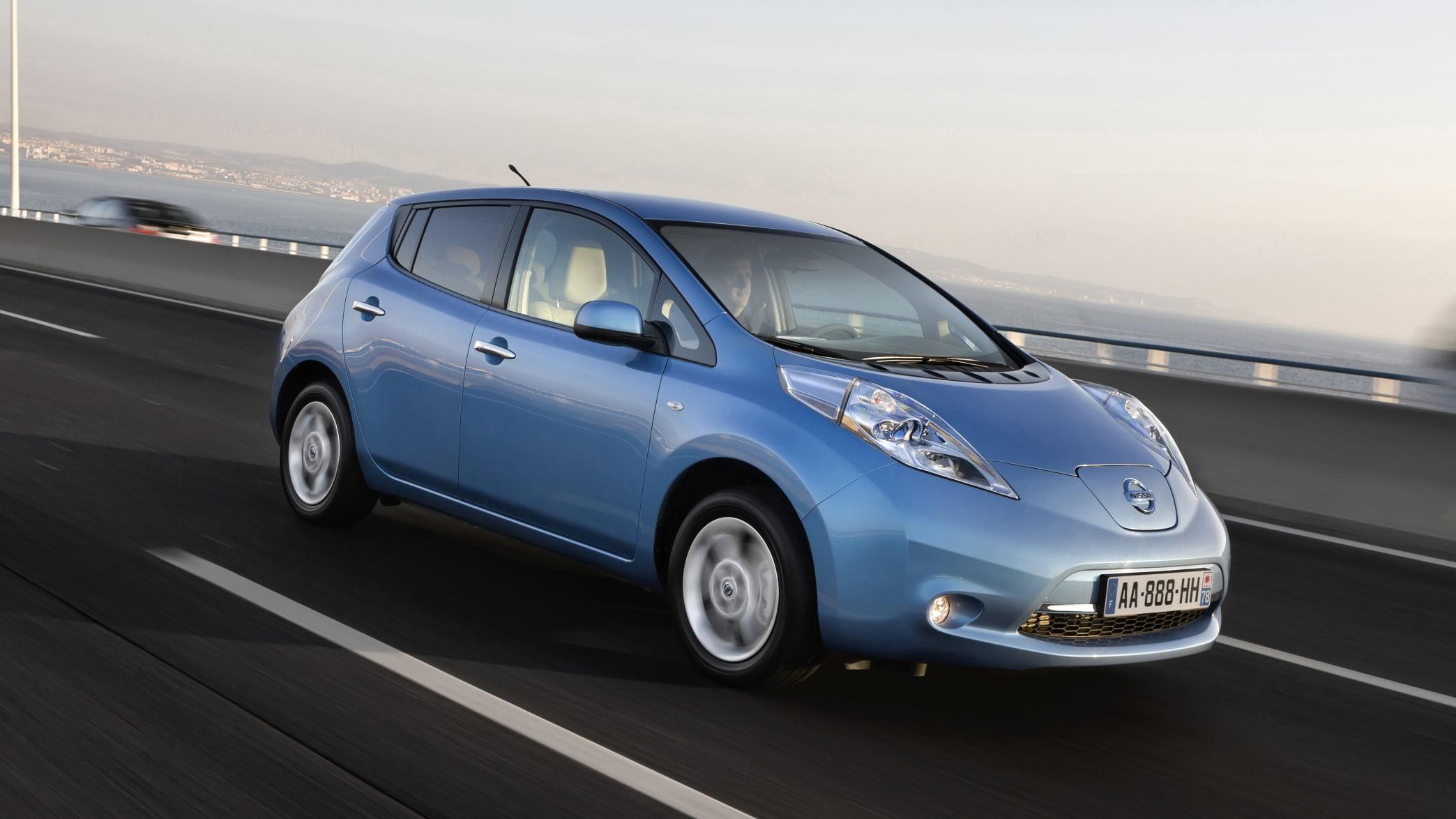 Nissan Leaf ZE0 fahrend auf der Straße