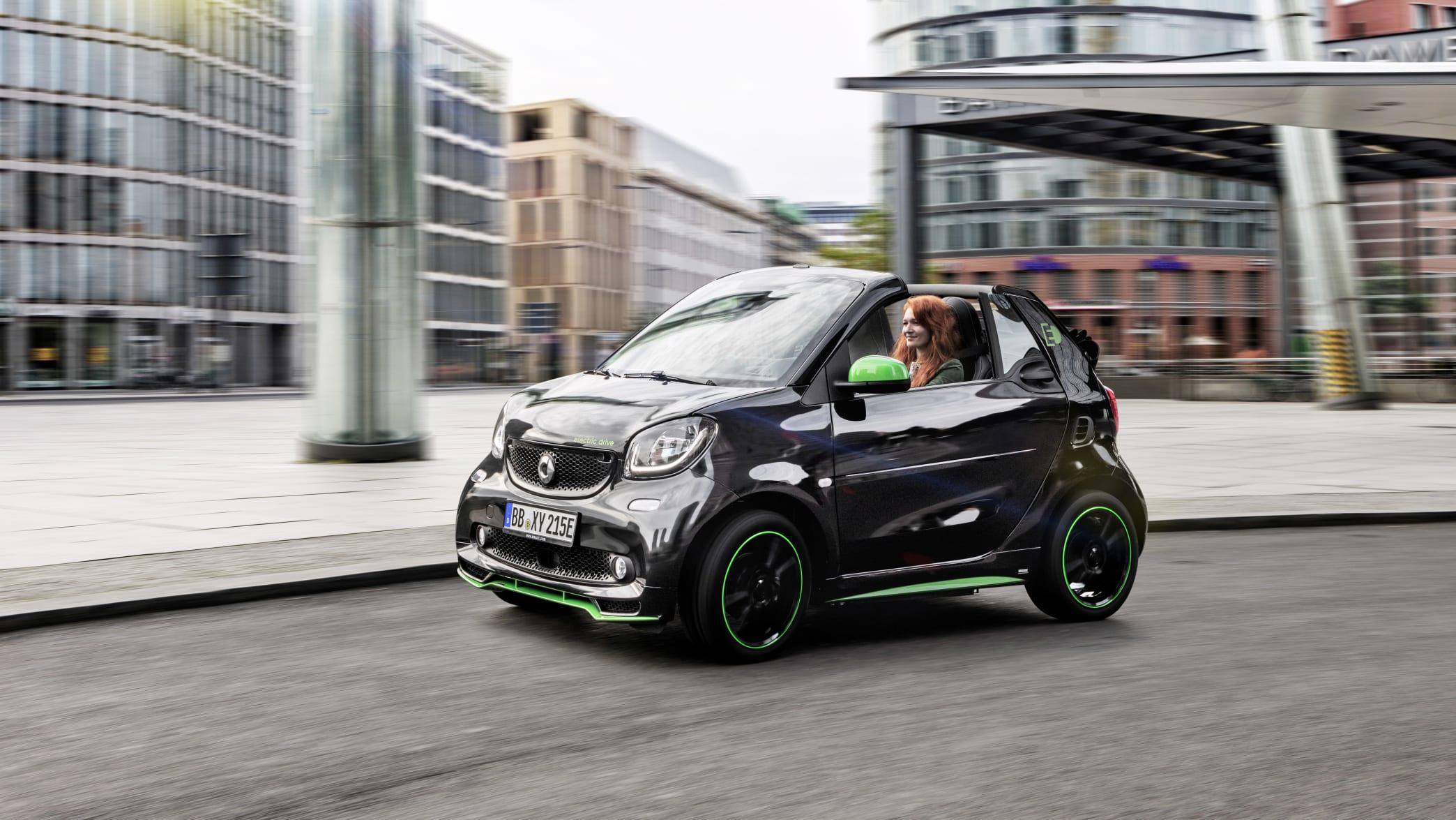 Smart ForTwo Electric Cabrio fahrend auf der Straße